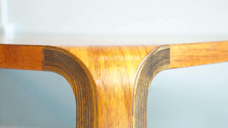 """1959年より発売され、現在は、廃盤となってしまったローズウッドを使用した天童木工のロングセラー、乾三郎デザインの座卓が入荷致しました。隙間の無い接合部など随所にアイデアが盛り込まれた作品。あのグッドデザイン賞も受賞しています。極限までミニマムデザインを追求し、シンプルに美しく単純化されたフォルム。女性にも扱いやすい軽さ、壁や畳を傷つけにくく丈夫な設計など随所に工夫が見られます。天板からなだらかに脚へと角なく美しくカーブする脚は、""""バチ脚""""と呼ぶ下方に広がるラインを描いています。角が丸みを帯びており優しい印象で日本家屋に良く合います。和室以外でも合わせやすくリビングのセンターテーブルとしてもおすすめのお品物です。現代の日本住宅にもモダン家具としてあわせる事ができるジャパニーズモダンの名作家具、是非この機会にいかがでしょうか。≪乾 三郎≫Saburo Inui(1911~1991)1911年 台湾・新竹市生まれ。1936年 商工省工芸指導所に入所。1958年 天童木工に入社。「プライチェア」「座卓」を発表。1973年 国井喜太郎産業工芸賞受賞。"""
