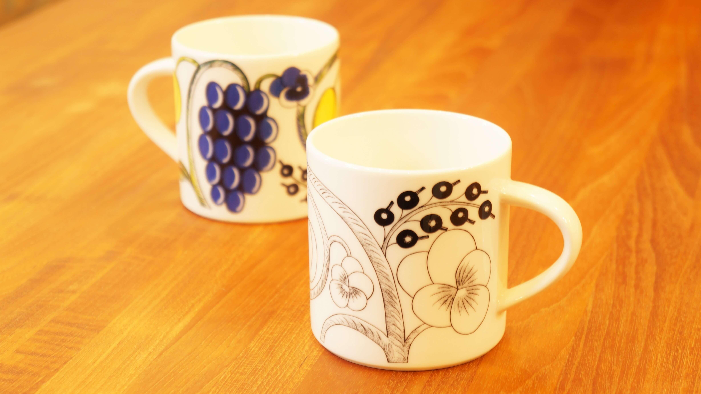 """""""フィンランド陶芸界のプリンス""""、 ビルイエル・カイピアイネンが1969年にデザインした不朽のロングセラー、""""パラティッシ""""。 """"Paratiisi/パラティッシ""""とはフィンランド語で""""楽園""""という意味を持ちます。 フルーツやお花が大胆に描かれており、その名の通り、楽園のように華やかで楽し気な雰囲気のデザインです。 絶大な人気を誇りながらも 2005年12月に一度廃番となり、 市場から姿を消してしまいましたが、再生産(非継続)となった大人気シリーズです。 カラー、ブラック、パープルという三色の展開がありますが、実はカラー以外はレギュラーアイテムではないため、次ぎはいつ出会えるのか… こちらは350mlという大容量のマグカップ。お仕事や勉強、読書、リラックスタイムのお供にぴったりなたっぷりサイズです。 パラティッシは華やかな絵柄が特徴ですが、ブラックは落ち着いたカラーリングで食卓やデスクによく馴染みます。 他のカラーと合わせても、もちろんOK。家族で使い分けたりもできます。 大人気の定番シリーズ、パラティッシは、北欧食器ビギナーの方も取り入れやすいアイテムです。パラティッシで華やかな食卓を演出してみてはいかがでしょうか♪ 東京都杉並区阿佐ヶ谷北アンティークショップ 古一/ZACK高円寺店】 古一/ふるいちでは出張無料買取も行っております。杉並区周辺はもちろん、世田谷区・目黒区・武蔵野市・新宿区等の東京近郊のお見積もりも!ビンテージ家具・インテリア雑貨・ランプ・USED品・ リサイクルなら古一/フルイチへ~"""