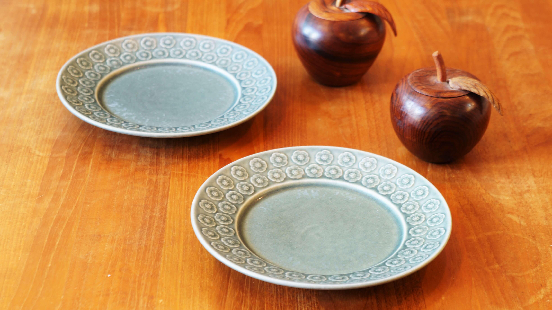 """デンマーク、Kronjyden/クロニーデン社の""""アズール""""シリーズのケーキプレート。デンマーク生まれのデザイナー、イェンス・H・クイストゴーが手掛けたシリーズです。杏の花がモチーフになっている、とても可愛らしいデザインです。日本の和食器からも影響を受けているという、イェンス・H・クイストゴーのデザインは和食器とも通じるところがあり、日本の食卓でも使いやすいものばかりです。ブルーとグレーが混ざったようなカラーと、落ち着きのある釉薬の表情が印象的です。17cmという小ぶりなサイズはケーキを盛り付けるのにぴったり。洋菓子はもちろん、和菓子にも良く合います。50年代デンマークの窯業は、企業の合併や買収が盛んであったため、このシリーズでも時期によって販売されていた会社が異なります。アズールシリーズはKronjyden社、Nissen社、Bing & Grondahl社と会社が変わっても 生産され続けた人気の高いシリーズです。素敵なプレートで素敵なティータイムをお過ごしください♪東京都杉並区阿佐ヶ谷北アンティークショップ 古一/ZACK高円寺店】 古一/ふるいちでは出張無料買取も行っております。杉並区周辺はもちろん、世田谷区・目黒区・武蔵野市・新宿区等の東京近郊のお見積もりも!ビンテージ家具・インテリア雑貨・ランプ・USED品・ リサイクルなら古一/フルイチへ~"""