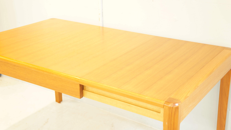 北欧家具を思わせるジャパンビンテージのダイニングテーブル。木目の美しいチーク材を使用し、小ぶりなサイズ感が、日本の間取りに相性よく現行で販売されている2人掛けのダイニングテーブルが大きくお部屋の間取りに合わない方などにオススメです。また急な来客時にもエクステンションをお使いいただければ四人掛けのダイニングテーブルとしてもお使い頂けます。通常のダイニングテーブルよりも高さが低いめの設計がされており小さなお子様にも使いやすい高さかと思います。やわらかい印象から、北欧スタイル、ナチュラルインテリアに馴染の良いお品物です。是非この機会にいかがでしょうか。~【東京都杉並区阿佐ヶ谷北アンティークショップ 古一/ZACK高円寺店】 古一/ふるいちでは出張無料買取も行っております。杉並区周辺はもちろん、世田谷区・目黒区・武蔵野市・新宿区等の東京近郊のお見積もりも!ビンテージ家具・インテリア雑貨・ランプ・USED品・ リサイクルなら古一/フルイチへ~