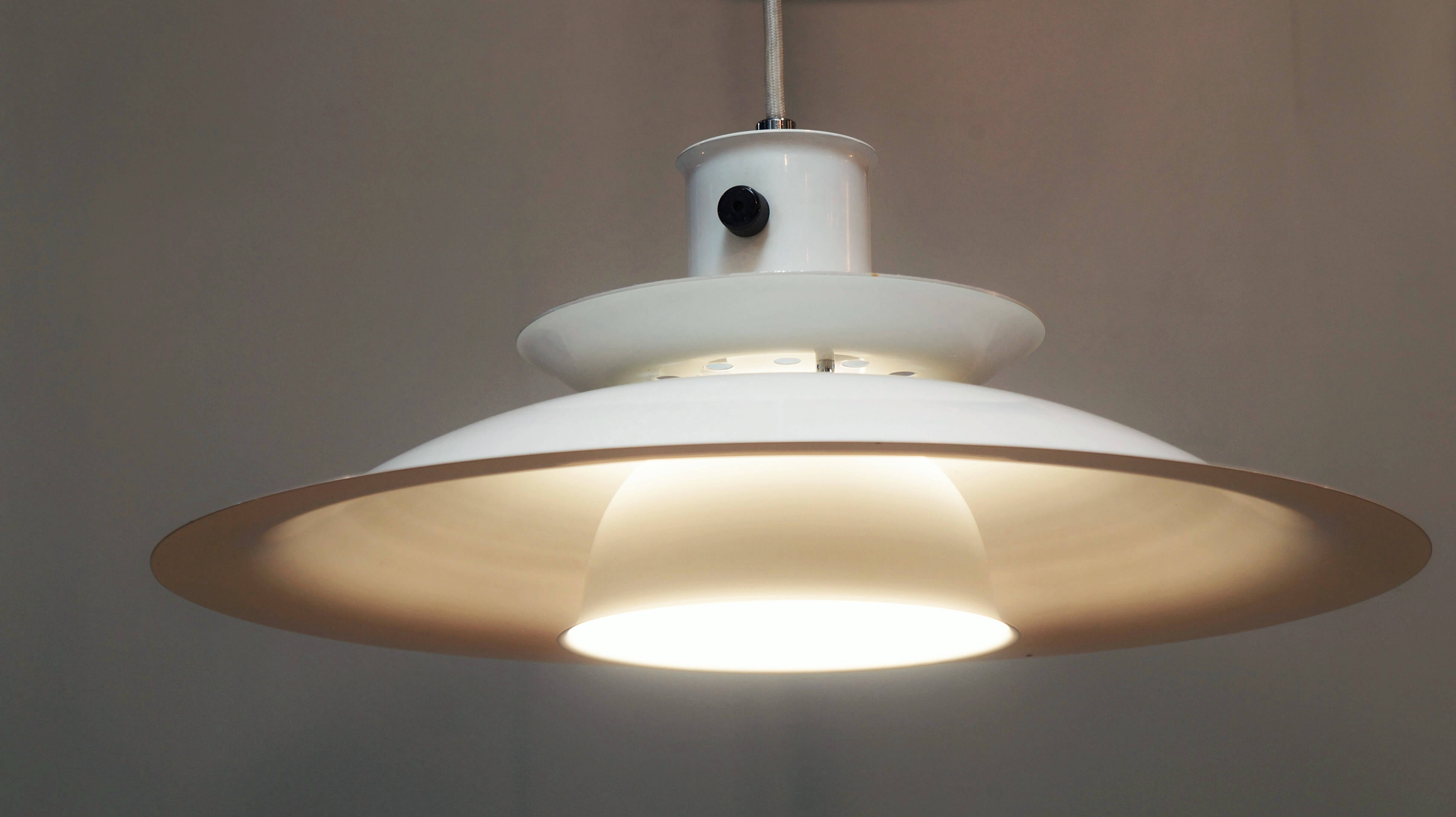 日本の老舗照明メーカー、山田照明のヴィンテージペンダントライト。 80年代に製造されたものです。 北欧モダンデザインからインスピレーションを受けたような、シェードが重なるデザイン。 シェードから漏れる光がお部屋を優しく照らしてくれます。 シンプルで洗練されたデザインはスタイルを選ばず、どんな空間にもよく馴染みます。 北欧デザインがお好きな方にも、シンプルでモダンなデザインがお好きな方にも、 おすすめの照明です。 優しい灯りでお部屋を演出してみてはいかがでしょうか♪ 東京都杉並区阿佐ヶ谷北アンティークショップ 古一/ZACK高円寺店】 古一/ふるいちでは出張無料買取も行っております。杉並区周辺はもちろん、世田谷区・目黒区・武蔵野市・新宿区等の東京近郊のお見積もりも!ビンテージ家具・インテリア雑貨・ランプ・USED品・ リサイクルなら古一/フルイチへ~