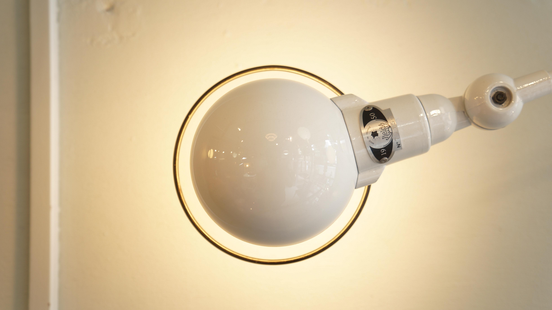 その機能性と独特のスタイルで1950年以来ロングセラーを続けている、フランスのジェルデ社のランプ。ポンピドーセンターの展覧会に出展されたり、パリ ミュージアム オブデコレイティブ アートのコレクションに選ばれたりと高い評価を得ています。工業用ランプのスタンダードとなった現在でも、創業当時と変わらない製法で一つ一つ職人の手によって作られています。こちらは、日本では人気の高い、小さいヘッドのタイプの定番デスクランプです。ベッドサイドやデスクで手元を照らすのに丁度良いサイズです。是非この機会にいかがでしょうか。1950年、フランスのジェルデ社は、作業用ランプが断線しやすく何度も修理しなくてはいけなかったことに着眼し、頑丈で使いやすく、容易にポジショニングすることができるランプを開発しました。当時のランプは配線が壊れやすかったため、配線のないジョイントをデザインすることでその問題を解決したのでした。その機能性とデザインが評価され、1985年にはParis Museum of Decorative Artsのコレクションに加わり、同年ポンピドゥーセンターの展覧会にも出品されています。現在では、世界中の工場やオフィスにおいて使用されて、作業用ランプのスタンダンダードとなっています。東京都杉並区阿佐ヶ谷北アンティークショップ 古一/ZACK高円寺店】 古一/ふるいちでは出張無料買取も行っております。杉並区周辺はもちろん、世田谷区・目黒区・武蔵野市・新宿区等の東京近郊のお見積もりも!ビンテージ家具・インテリア雑貨・ランプ・USED品・ リサイクルなら古一/フルイチへ~