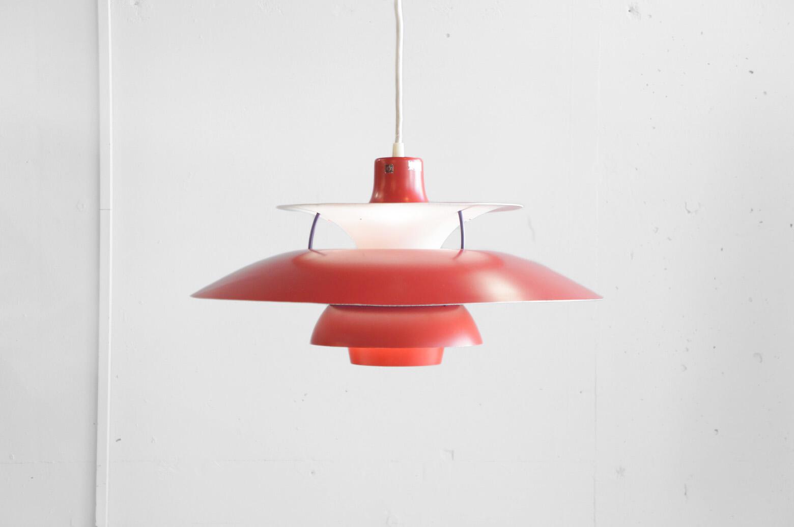 北欧照明の定番、1958年発売以来 世界中で愛されている照明、『PH5』 そんなPH5の中でも希少な70年代の赤色のシェードです。 マッドな赤は現行ではないカラーで、上質なレッドは空間のアクセントに、 光は北欧の夕焼けのような灯りへ変換してくれます。 数々の名作照明を生み出したポール・ヘミングセンの中でも 世界的に有名なシリーズの一つ【 PH4/3 】 同シリーズの『PH5』が上方向にも光を放つのに対し、 PH4/3は下方向だけに光を集中して光を放つコンパクトなペンダントライトです。 電球は100wまで取り付けが可能で強く眩しい光を数学的な設計のシェードで、 優しく暖かみのある光へ変換します。 消灯時もお部屋のアクセントとして空間を彩り、 様々なインテリアに対応可能なデザインです。LouisPoulsen,ルイスポールセン PH4 / 3 , 照明,デンマーク北欧,ヴィンテージ,北欧デザイン,北欧 ライト,フロア,ランプランプ,denmark,scandinavian,照明,scandinavian vintage,vintage,北欧,北欧雑貨,中古,東京都,杉並区,阿佐ヶ谷,北,アンティーク,ショップ,古一,ZACK,高円寺,店,古,一,出張,無料,買取,杉並区,周辺,世田谷区,目黒区,武蔵野市,新宿区,東京近郊,お見積もり,ビンテージ家具,インテリア雑貨,ランプ,USED品, リサイクル,ふるいち,フルイチ,古一,used,furuichi~【東京都杉並区阿佐ヶ谷北アンティークショップ 古一/ZACK高円寺店】 古一/ふるいちでは出張無料買取も行っております。杉並区周辺はもちろん、世田谷区・目黒区・武蔵野市・新宿区等の東京近郊のお見積もりも!ビンテージ家具・インテリア雑貨・ランプ・USED品・ リサイクルなら古一/フルイチへ~