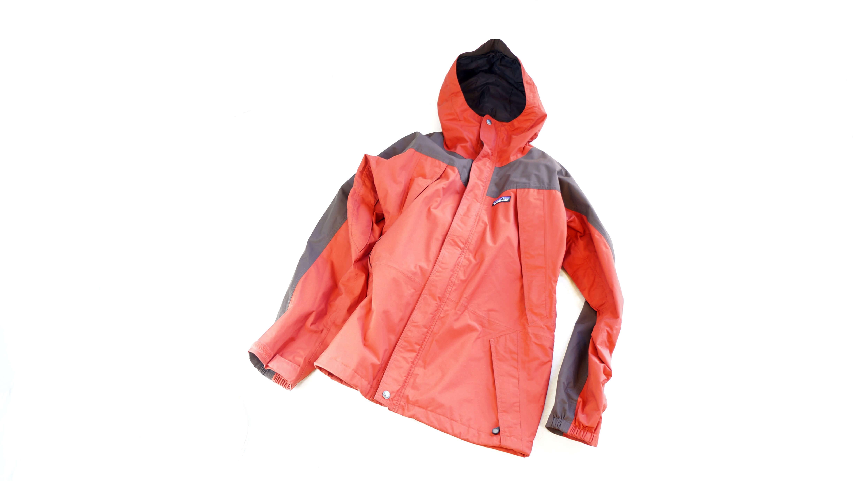 """Patagonia Storm Jaket size S Red: Charcoal Grey / パタゴニア ストームジャケット Sサイズ レッド:チャコールグレイ 【商品説明】 1965年にYvon Chouinard(イヴォン・シュイナード)が設立したアメリカンのクライミング、 アウトドア、サーフなどのアイテムを展開するブランド""""Patagonia (パタゴニア)""""。 そんなパタゴニアの人気アイテムがこちらのストームジャケット。 こちらはビレイ用パーカとストーム対応型シェルを一体化したジャケットで、 高い防水、暴風、透湿性を備えた全天候型。 さらに保温性も備え、強い風雨や雪を防ぎながらも内側の余分な熱は外側に発散。 デザインはシンプル、コンパクトに収納もでき、 これだけの機能がありながらも600g弱と軽量ですので持ち運びにも便利です。 袖のアジャスターで隙間から入る外気をシャットアウト。 裾前には左右にドローコードが付き、サイズ調節や、 こちらも外気をシャットアウトしてくれます。 アウトドアからタウンユースまで様々シチュエーションで活躍してくれるナイロンジャケット お探しだった方は是非この機会にいかがでしょうか。~【東京都杉並区阿佐ヶ谷北アンティークショップ 古一/ZACK高円寺店】 古一/ふるいちでは出張無料買取も行っております。杉並区周辺はもちろん、世田谷区・目黒区・武蔵野市・新宿区等の東京近郊のお見積もりも!ビンテージ家具・インテリア雑貨・ランプ・USED品・ リサイクルなら古一/フルイチへ~"""
