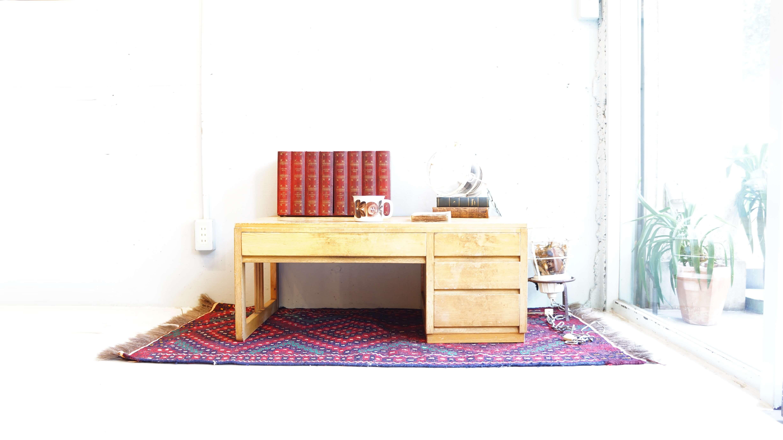 シンプルなデザインがお部屋に取り入れやすい 明るい色見の文机です。 味わいのある風合いに 素朴な雰囲気が魅力的なお品で、 懐かしさ漂うレトロな空間や 木の温もり溢れるナチュラルテイストにも馴染みます。 床座スタイルのお部屋にはもちろん、 リビングのセンターテーブルで書き物やパソコンなど、 子供の勉強机にも丁度よいサイズです。 是非この機会にいかがでしょうか。~【東京都杉並区阿佐ヶ谷北アンティークショップ 古一/ZACK高円寺店】 古一では出張無料買取も行っております。杉並区周辺はもちろん、世田谷区・目黒区・武蔵野市・新宿区等の東京近郊のお見積もりも!ビンテージ家具・インテリア雑貨・ランプ・USED品・ リサイクルなら古一へ~,ユーズド, リサイクル,ふるいち,古市,フルイチ,used,furuichi
