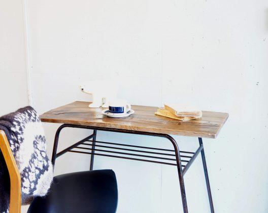 ノスタルジックな雰囲気を漂わせ 落ち着いた空間にマッチする古材テーブル。 長い間使い込まれた古材の表情と鉄脚の質感が 現行で販売されているものにはない 「魅力」を感じさせてくれます。 シルエットも重視し、アイアンもできる限り細い物を使用しておりますので 重たすぎずシャープな印象も持っていますので インダストリアルスタイルにも相性の良いお品物。 仕上げにニス塗装を施しておりますので 食器の痕など気にせずお気軽ご使用しただけます。 程よい奥行きの長さが、作業台やテーブルとしてはもちろん、 陳列台や店舗什器等にもお勧めです。 独特の空気感、温もりが 北欧インテリア、レトロスタイルなど 様々なインテリアスタイルに違和感なくはまる こちらのテーブル、是非この機会にいかがでしょうか。~【東京都杉並区阿佐ヶ谷北アンティークショップ 古一/ZACK高円寺店】 古一では出張無料買取も行っております。杉並区周辺はもちろん、世田谷区・目黒区・武蔵野市・新宿区等の東京近郊のお見積もりも!ビンテージ家具・インテリア雑貨・ランプ・USED品・ リサイクルなら古一へ~,ユーズド, リサイクル,ふるいち,古市,フルイチ,used,furuichi