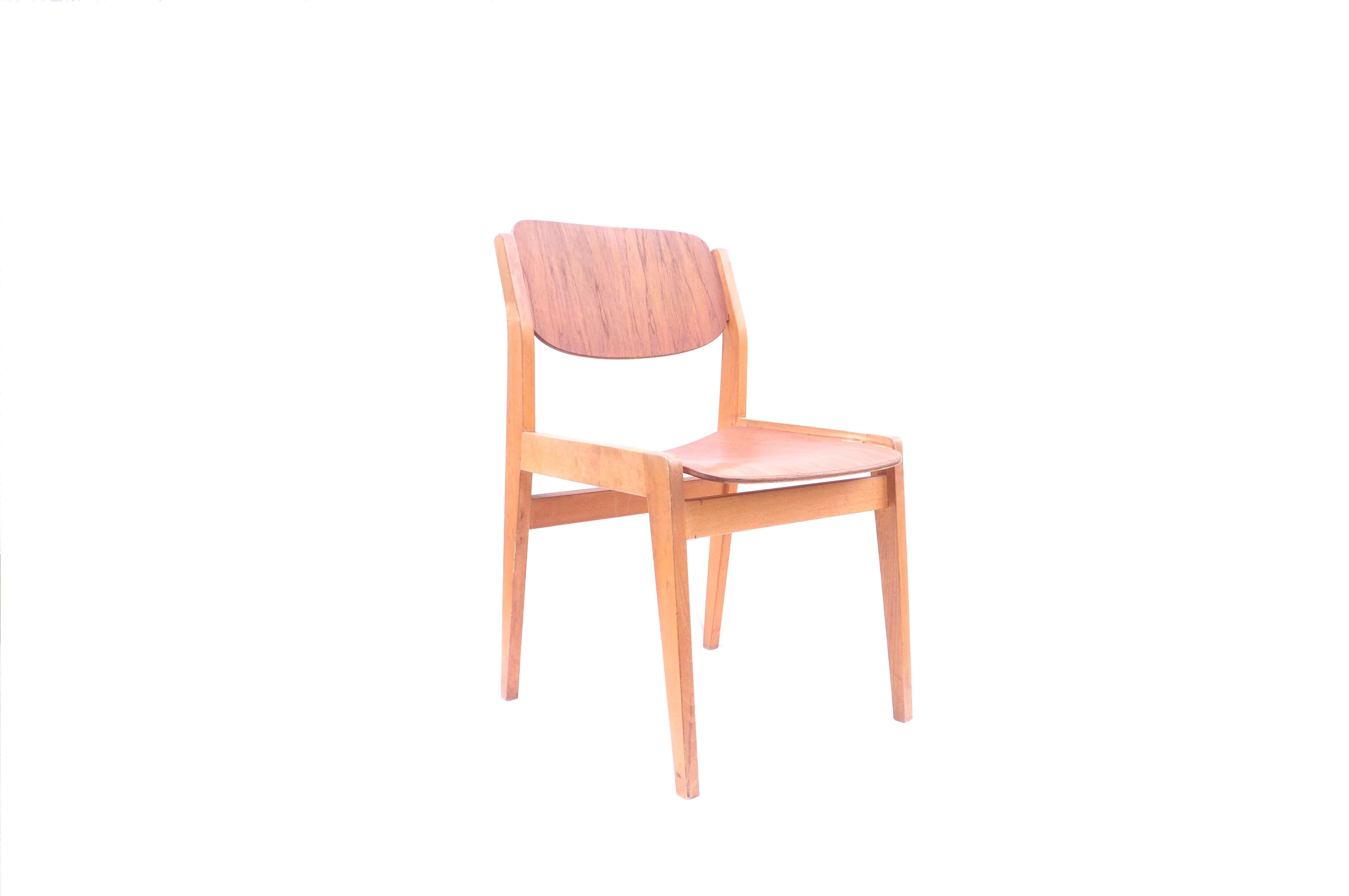 天童木工が誇る、不屈の名作チェア。1954年に水之江忠臣が神奈川県立図書館の観覧用の椅子としてデザインしました。彼は、海外の名作と呼ばれる椅子の研究を通じて、イームズやウェグナーといった名だたるデザイナー達と交流を深めました。「デザイナーは一生に一つ本当にいいものが残せればそれでいい」そう語る彼が、100回以上もの試作を重ねて製作したチェア。