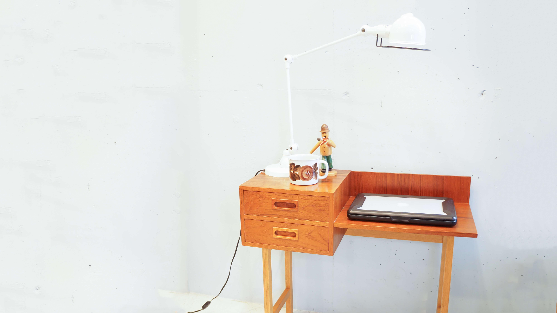 """スウェーデン、""""Glas&Tra Hovmantorp""""製のヴィンテージサイドチェストテーブル。 ミニチェストとサイドテーブルが合体したような、珍しいデザインです。 パソコンを置いてミニデスクとして、寝室やリビングでサイドテーブルとしてなど… コンパクトで、使い勝手のいいサイズ感が魅力のひとつです。 チーク材とオーク材が使い分けられており、それぞれの木目や 色のコントラストが良いアクセントにもなっています。 一人暮らしの狭いお部屋でも北欧家具のあたたかみを存分に感じられる、 コンパクトなサイドチェストです。 お探しの方はぜひいかがでしょうか♪ ~【東京都杉並区阿佐ヶ谷北アンティークショップ 古一/ZACK高円寺店】 古一/ふるいちでは出張無料買取も行っております。杉並区周辺はもちろん、世田谷区・目黒区・武蔵野市・新宿区等の東京近郊のお見積もりも!ビンテージ家具・インテリア雑貨・ランプ・USED品・ リサイクルなら古一/フルイチへ~"""