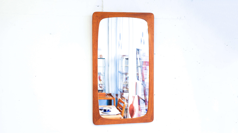 北欧 デンマーク ヴィンテージ ウォール ミラー / Danish Vintage Wall Mirror 鏡 チーク Denmark,danish,wall mirror,magegi,japan vintage,yanagi sori,mirror,retro,北欧,ウォールミラー,鏡,デンマーク,曲木,チーク材,アンティーク,廃盤,レトロ,ゆらゆら,レア,ヴィンテージ,中古デンマークヴィンテージのチーク材を使ったフレームのウォールミラー。鏡部分も当時の素材の為、小キズ経年色落ちなどがありますが、そんなゆらゆらとした盤面もビンテージミラーならではの映り方です。ほぞ継ぎのフレームの角と内側に丸みがあり、優しい印象を与えてくれます。コンパクトなサイズ感は飾る場所を選びません。~【東京都杉並区阿佐ヶ谷北アンティークショップ 古一/ZACK高円寺店】 古一/ふるいちでは出張無料買取も行っております。杉並区周辺はもちろん、世田谷区・目黒区・武蔵野市・新宿区等の東京近郊のお見積もりも!ビンテージ家具・インテリア雑貨・ランプ・USED品・ リサイクルなら古一/フルイチへ~