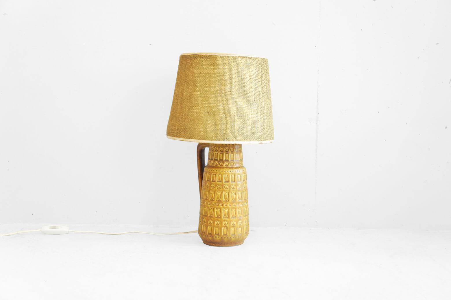 西ドイツ製 ヴィンテージセラミックベーステーブルランプ ファブリックのランプシェードに 陶器製ピッチャーのボディが組合せられたデザイン。 50年代に流行した北欧モダンデザインの影響からか ボディには幾何学的な文様がほどこされており ミッドセンチュリースタイルの空間にも相性の良いお品物です。 陶器のあたたかい素材感と目の粗い生地を使用した ランプシェードからもれるやわらかい光が ビンテージの良さを感じさせてくれます。 玄関のシューズボックスの上や、 サイドテーブル、チェスト上、 寝室の手元明かりとしてオススメです。 是非この機会にいかがでしょうか。 .~【東京都杉並区阿佐ヶ谷北アンティークショップ 古一/ZACK高円寺店】 古一/ふるいちでは出張無料買取も行っております。杉並区周辺はもちろん、世田谷区・目黒区・武蔵野市・新宿区等の東京近郊のお見積もりも!ビンテージ家具・インテリア雑貨・ランプ・USED品・ リサイクルなら古一/フルイチへ~