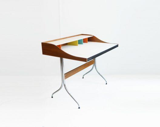 """ジョージ・ネルソンが1958年に発表した、スワッグレッググループデスク。 『家具に彫刻のような美しい脚を付けたい』という考えのもとに""""スワッグレッグ""""シリーズが製作されました。 このデスクが考案されたのは今のようにPCが普及するずっと前のはずなのですが、PCを使った作業が当たり前でオフィス業務のペーパーレス化が進んでいる現代を予期していたかのようなデザインになっています。 特徴的なカラフルな仕切りには細々としたものを分けて収納したり、ノートPCもスッと収納できるので、デスクの上をいつもすっきりとキレイに保つことができます。 また、天板の下にはプラスチック製の引き出しが付いており、ペンなどの細かい文房具を整理することができます。 浅い引き出しですが、奥行きがあるので意外にたくさん入りますよ。 細かなキズやスレがございます。脚にサビやくもり、天板にうっすらと汚れががございます。発表当初はハーマンミラー社より販売されていましたが、2003年から数年の間、ヴィトラ社より販売されていました。こちらはその希少なヴィトラ社製です。現在はまた権利が戻り、ハーマンミラー社で製造販売されています。天板の右脇奥に配線用の穴があるか、脚先にキャップがついているかが両社の主な違いとなります。 ~【東京都杉並区阿佐ヶ谷北アンティークショップ 古一】 古一/ふるいちでは出張無料買取も行っております。杉並区周辺はもちろん、世田谷区・目黒区・武蔵野市・新宿区等の東京近郊のお見積もりも!ビンテージ家具・インテリア雑貨・ランプ・USED品・ リサイクルなら古一/フルイチへ~"""