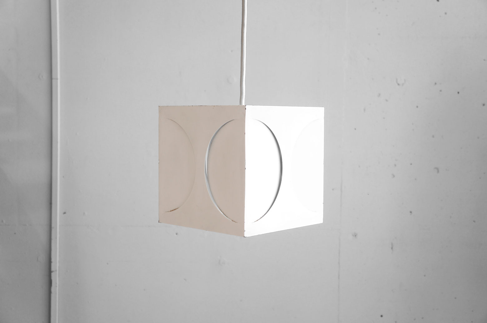 ヤマギワ製、キューブ型ペンダントライト。 素材はアルミでできており、四方の半円を描いた スリットから漏れる光が特徴的なお品物です。 電球の色でスタイリッシュにもレトロにも 表情が変わりますので、お部屋のアクセントにもおすすめです。 シンプルなデザインですので、モダンインテリア 北欧モダンなどに相性良いペンダントライト 是非いかがでしょうか。.~【東京都杉並区阿佐ヶ谷北アンティークショップ 古一/ZACK高円寺店】 古一/ふるいちでは出張無料買取も行っております。杉並区周辺はもちろん、世田谷区・目黒区・武蔵野市・新宿区等の東京近郊のお見積もりも!ビンテージ家具・インテリア雑貨・ランプ・USED品・ リサイクルなら古一/フルイチへ~