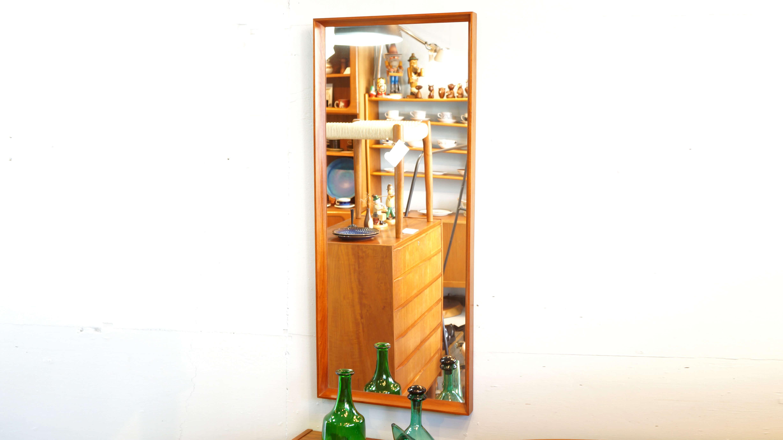 Danish Vintage Teak Frame Wall Mirror / 北欧 デンマーク ヴィンテージ チーク フレーム ミラー 【商品説明】 立てかけても、壁にかけても使用できるヴィンテージのミラー。 経年によりチーク材が味わい深く変化し、ヴィンテージならではの雰囲気を感じることができます。 シンプルな形ですので、どこに置いてもインテリアに馴染んでくれます。 飴色に経年変化したチーク材が美しい風合いを出す雰囲気のある逸品、 上品で洗練された空間を演出に是非いかがでしょうか。~【東京都杉並区阿佐ヶ谷北アンティークショップ 古一/ZACK高円寺店】 古一/ふるいちでは出張無料買取も行っております。杉並区周辺はもちろん、世田谷区・目黒区・武蔵野市・新宿区等の東京近郊のお見積もりも!ビンテージ家具・インテリア雑貨・ランプ・USED品・ リサイクルなら古一/フルイチへ~