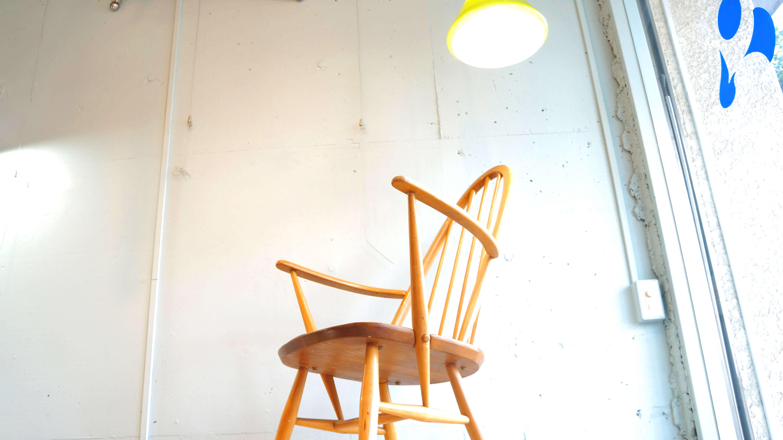 ERCOL Rocking Quaker chair /アーコール ロッキング クエーカー チェア 【商品説明】 1960年代の物と思われる人気のアーコール、クエーカーチェア ロッキングバージョン。高い背もたれが背中をしっかりサポートしてくれ、ついつい長居してしまうロッキングチェアです。シンプルなデザインのアーコールチェアは様々なインテリアスタイルにも相性よくヴィンテージならではの、雰囲気を演出してくれるアイテムです。こちらのチェアは、通常よく見られるロッキングチェアよりも小ぶりなサイズ感ですので、大人からお子様まで幅広くお使い頂けます。読書、くつろぎの時間にぜひいかがでしょうか。<ERCOL/アーコール>1920年ルシアン・アーコラーニによって設立された、英国を代表する老舗家具メーカー。スチームで木を湾曲させるウィンザーチェアの製造技術を完成させたほか、ニレ材を自由自在に変形させる事も実現しました。近年ではマーガレットハウエルによって復刻された事でも有名です。日本でもCMやテレビのセットなどにもよく使われている人気メーカーです。~【東京都杉並区阿佐ヶ谷北アンティークショップ 古一/ZACK高円寺店】 古一/ふるいちでは出張無料買取も行っております。杉並区周辺はもちろん、世田谷区・目黒区・武蔵野市・新宿区等の東京近郊のお見積もりも!ビンテージ家具・インテリア雑貨・ランプ・USED品・ リサイクルなら古一/フルイチへ~