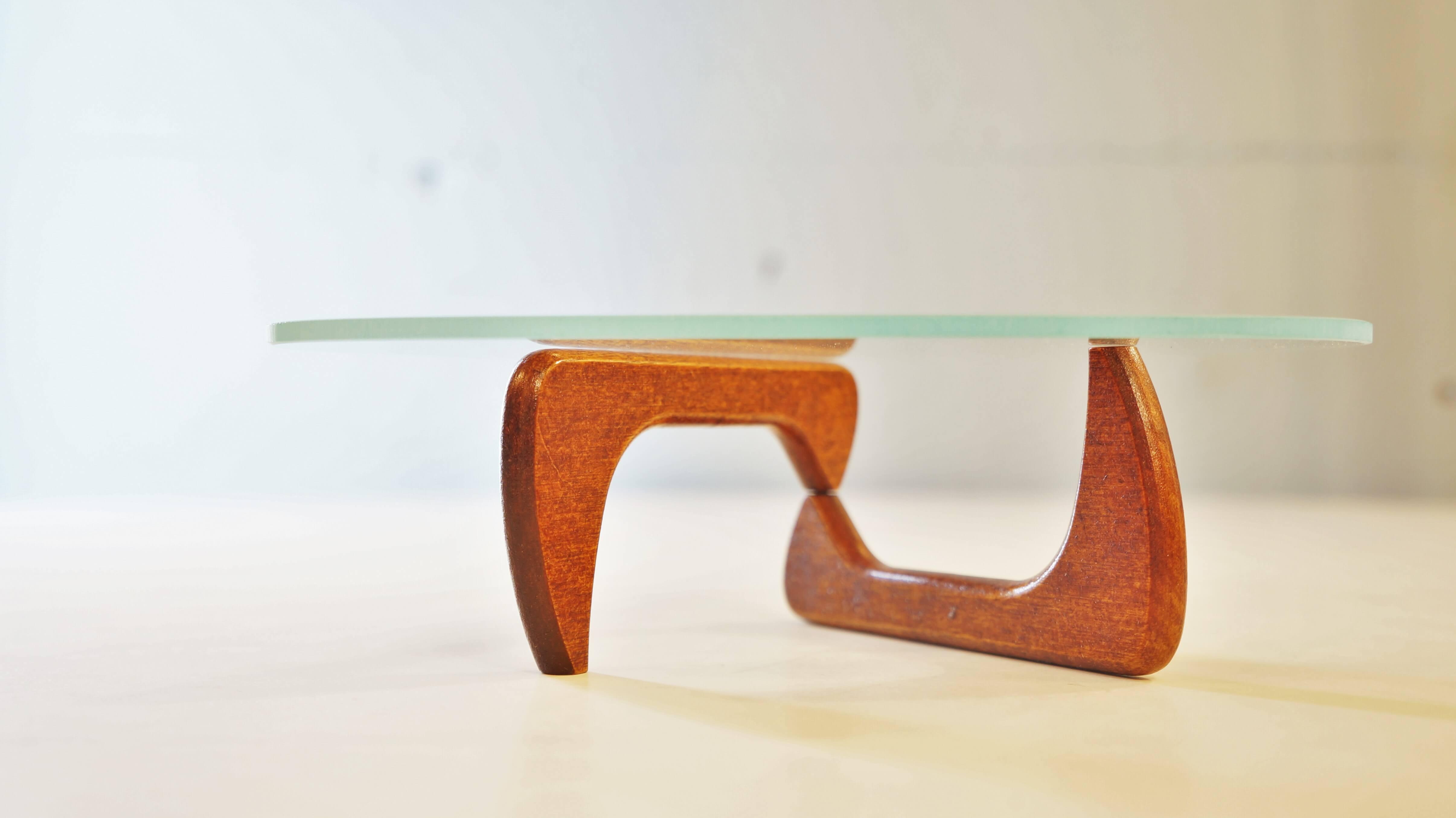 今もなお、世界中を魅了し続ける、デザインテーブルの代名詞、 イサム・ノグチデザインのコーヒーテーブル。 ニューヨーク近代美術館の館長邸にデザインしたテーブルが原型と言われており、 自身の妹の誕生日プレゼント用に製作したというエピソードがあります。 緻密に計算された厚みのあるガラス天板と、滑らかな脚部の組合せは インテリアという枠組みを超えた、彫刻品のような雰囲気があり、 世界を代表する日系アメリカ人彫刻家ならではの、 和の要素を感じられるようなデザイン性に富んだプロダクトです。 なんと、そのミッドセンチュリーの名作がなんとミニチュアに。 こちらは2003年まで正式販売ライセンスを持っていた、ハーマンミラー社製。 ノベルティだったものなので、なかなか流通していないレアなアイテムです。 さすがはハーマンミラー製、細部まで本物を忠実に再現しています。 憧れのコーヒーテーブルが卓上で楽しめます。 イサムノグチのデザインがお好きな方、 ミッドセンチュリー時代のインテリアがお好きな方、 本物のテーブルが欲しいけどなかなか手が出ないという方、 不朽の名作をぜひミニチュアサイズでもお楽しみください♪ ~【東京都杉並区阿佐ヶ谷北アンティークショップ 古一/ZACK高円寺店】 古一/ふるいちでは出張無料買取も行っております。杉並区周辺はもちろん、世田谷区・目黒区・武蔵野市・新宿区等の東京近郊のお見積もりも!ビンテージ家具・インテリア雑貨・ランプ・USED品・ リサイクルなら古一/フルイチへ~