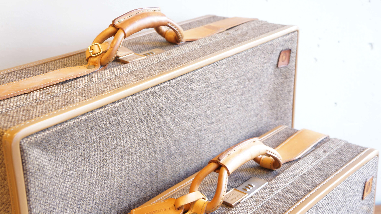 hartmann TWEED BELTING TRAVEL BAG / ハートマン ツイード ベルティング トラベルバッグ 【商品説明】 1877年に米国ウィスコンシン州ミルウォーキーより バイエルン出身のトランク職人ジョセフ・S.・ハートマンによって創立された、ハートマン社。 135年以上にわたり、「エクセレンスを象徴するような最高級ラゲッジ」を信念とし、 精巧なラゲッジ、トラベルケース、高級レザーグッズを製作を続け 旅行を愛するセレブリティの定番アイテムとして愛され続けております。 ハートマンは、最高のクラフトマンシップ、伝統を守り続けているブランドでありながらも 数十年にわたり、豪華な旅をお楽しみいただけるよう、今も進化を続けています。 1956年から半世紀以上の歴史のあるベストセラーシリーズ TWEED BELTING。 ベルティングレザーとツイード生地のコンビネーションが魅力的なシリーズです。 ベルティングレザーは旅行鞄用に耐久性の高い素材を求め、 発電機の動力部分に使われていた工業用の革に着想を得て、 1939年に開発されたもの。タンニンで鞣しており、 使い込むほどに味のある飴色に変色するため、 頑強ながらによきエイジングを楽しむことができるという特長がございます。 ツウィードとは、イギリス・スコットランド発祥の手織物で 厚手であり頑丈、様々な太さで織られている模様が上品さを持ちあわせ イギリスの貴族たちが狩猟や乗馬などアウトドアで着る服の 生地として使用していました。それらをサンプリングしたシャネルが スーツの生地として使用していることでも有名です。 最近では、ハリスツイードの人気により、再度注目されている生地です。 内側の生地には、ペイズリー柄の生地を使い トラディショナルな外側のイメージとは、一変 ラグジュアリーな印象を受けるお品物です。 また、通常のキャリーバッグとは違い 本体に繋がれたレザーのベルトを引っ張り移動させる仕様となっており まるでペットと散歩をしているような様子がとても愛らしいキャリーバッグです。 キャスターの破損等もなく、まだまだ旅行カバンとしてご使用頂けると共に お部屋の見せる収納としてもおすすめです。 是非いかがでしょうか。~【東京都杉並区阿佐ヶ谷北アンティークショップ 古一/ZACK高円寺店】 古一/ふるいちでは出張無料買取も行っております。杉並区周辺はもちろん、世田谷区・目黒区・武蔵野市・新宿区等の東京近郊のお見積もりも!ビンテージ家具・インテリア雑貨・ランプ・USED品・ リサイクルなら古一/フルイチへ~