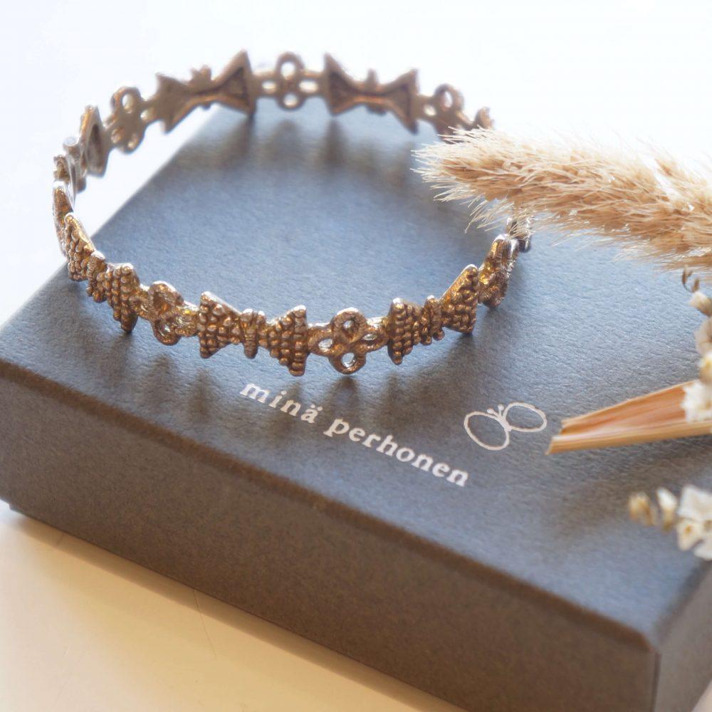 """デザイナー、皆川明氏が1995年にスタートしたブランド「mina perhonen」。 ブランド創設以来、作り続けられているミニバッグや、2000年に発表以来、 ミナペルホネンを代表するテキスタイルとなった""""tambourine/タンバリン""""など、 独特な世界観で作り上げるテキスタイルや刺繍が世界中で人気を集めています。 """"beads garden""""という小さなちょうちょとお花のモチーフを交互に繋いだ 刺繍テキスタイルがブレスレットに。 繊細で可愛らしいデザインが手元で優しく存在感を放ってくれます。 シンプルで主張しすぎないデザインなので、どんな服装にも合わせやすく、 普段使いから、オケージョンまで、幅広くお使いいただけます。 どこかストーリーを感じさせるようなモチーフに思わず 惹きつけられるようなミナペルホネンのアイテム。 ぜひ、いつものおしゃれにプラスしてみてはいかがでしょうか♪ ~【東京都杉並区阿佐ヶ谷北アンティークショップ 古一/ZACK高円寺店】 古一/ふるいちでは出張無料買取も行っております。杉並区周辺はもちろん、世田谷区・目黒区・武蔵野市・新宿区等の東京近郊のお見積もりも!ビンテージ家具・インテリア雑貨・ランプ・USED品・ リサイクルなら古一/フルイチへ~"""