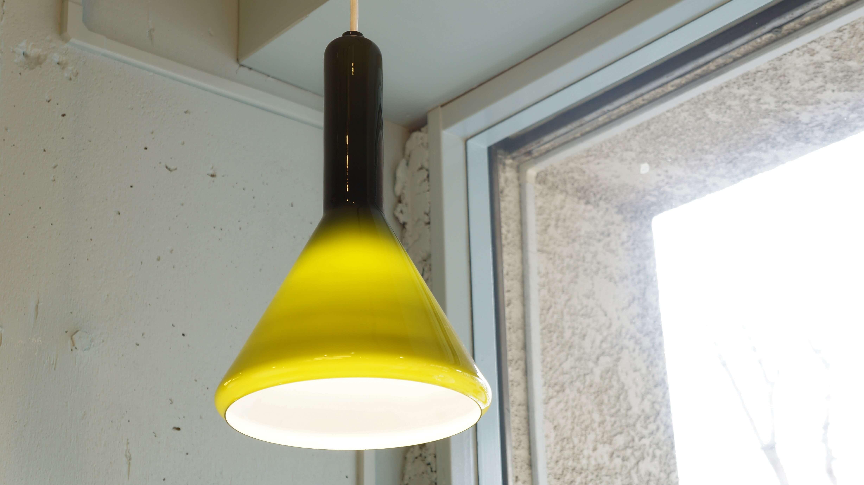 1825年にデンマークで創業した、伝統あるガラスメーカー 「Holmegaard/ホルムガード」のヴィンテージペンダントライト。 乳白色のガラスの上にグリーンのガラスを被せる、被せ(きせ)ガラスの 技法が使われています。 内側の白いガラスに光が反射するので、外側のガラスの色に影響されることなく、 光を届けてくれます。 優しい光なのでリビングの間接照明などにおすすめです。 シェードの根元から先にかけて濃いグリーンから明るいグリーンへと 綺麗なグラデーションになっており、このガラスシェードだけでも 魅力的なインテリアになります。 明かりを点けている時と点けていない時の表情の変化も楽しめます。 ツヤっとしたガラス特有の質感のシェードから透ける淡く優しいグリーンの光に 癒されてみてはいかがでしょうか。 ~【東京都杉並区阿佐ヶ谷北アンティークショップ 古一/ZACK高円寺店】 古一/ふるいちでは出張無料買取も行っております。杉並区周辺はもちろん、世田谷区・目黒区・武蔵野市・新宿区等の東京近郊のお見積もりも!ビンテージ家具・インテリア雑貨・ランプ・USED品・ リサイクルなら古一/フルイチへ~