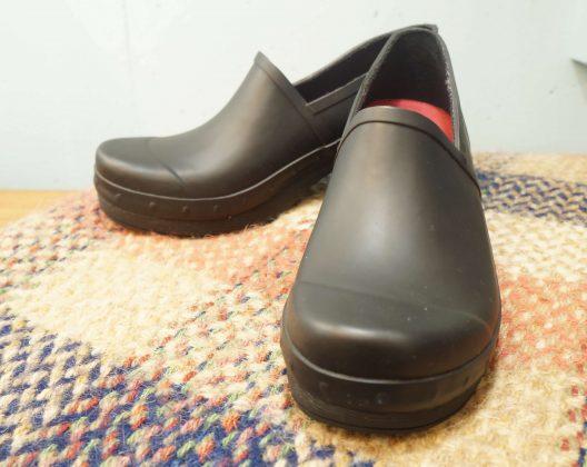 """1990年にアメリカのペンシルバニア州で生まれた、 コンフォートシューズブランド「DANSKO/ダンスコ」。 創業者がデンマークの小さな靴屋でみつけたシンプルなデザインのクロッグスに惚れ込み、 アメリカで販売をしてみようと20年間、改良に取り組んだ後、Dansko, LLC. を設立しました。 「DANSKO」とは「デンマークの靴」という意味です。 丸みを帯びたフォルムが可愛いダンスコのシューズはおしゃれなだけでなく、 圧倒的な履きやすさと疲れにくいデザインで人気を集めています。 こちらは定番のクロッグシューズの形をそのままに、全面に防水加工が施されている レインブーツ""""リチェル""""。 一見レザーと見間違いそうですが、丈夫なバルカナイズ(加硫)製法の ウォータープルーフラバーを使用しています。 汚れがついても水洗いできるので、雨の日以外でもアウトドアなどにもおすすめです。 濡れてしまっても、インソールは取り外して乾かすことができます。 また、アッパーとソールのつなぎ目にはスタッズを、ソールには木目を再現するという おしゃれポイントも見逃せません。 丸みのあるつま先がチャームポイントのダンスコのシューズは 程よいホールド感と厚めのソールで、足に負担がかかりにくく、 安定性のある履き心地です。 また、ソールに使用されているモールドラバーは、衝撃を吸収し、 弾力性、 耐摩耗性にも優れています。 憂鬱な雨の日にも、ダンスコのレインシューズがあればちょっぴり楽しい気分になるかも。 雨でもおしゃれを楽しみませんか♪ ~【東京都杉並区阿佐ヶ谷北アンティークショップ 古一/ZACK高円寺店】 古一/ふるいちでは出張無料買取も行っております。杉並区周辺はもちろん、世田谷区・目黒区・武蔵野市・新宿区等の東京近郊のお見積もりも!ビンテージ家具・インテリア雑貨・ランプ・USED品・ リサイクルなら古一/フルイチへ~"""