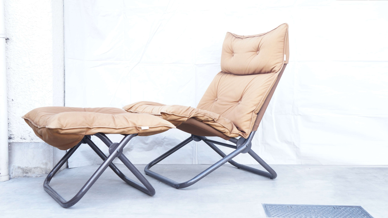 innovator Folding Chair / イノベーター フォールディング チェア 折りたたみ椅子 【商品説明】 キャリーケースや鞄の印象が強い、「イノベーター」ですが、 「stuns」スタンスチェア という1 脚のチェアからブランドがスタートしており 現在でも、「シンプルで合理的、かつ遊び心がある」という哲学を貫き 総合的なインテリアデザインブランドとして 常に革新的なライフスタイル提案し続けています。 イノベーターの製品の特徴としてパイプを使った製品がございます。 工業的な金属のパイプに船などによく使われていた カラフルな帆布を合わせたデザインが多く見受けられます。 この金属と布の秀逸な配分、機能性に魅了され イノベーターの家具を古くからご使用されている方も数多くいらっしゃいます。 この度、入荷致しましたこちらのオットマン付き折りたたみ椅子も シンプルな構造ですが、座り心地は、抜群。 リラックスタイムに是非ご使用して頂きたいチェアです。 現在では、生産されておらず中古市場でもあまり見ないデザインですので希少なお品物かと思います。是非この機会にいかがでしょうか。~【東京都杉並区阿佐ヶ谷北アンティークショップ 古一/ZACK高円寺店】 古一/ふるいちでは出張無料買取も行っております。杉並区周辺はもちろん、世田谷区・目黒区・武蔵野市・新宿区等の東京近郊のお見積もりも!ビンテージ家具・インテリア雑貨・ランプ・USED品・ リサイクルなら古一/フルイチへ~