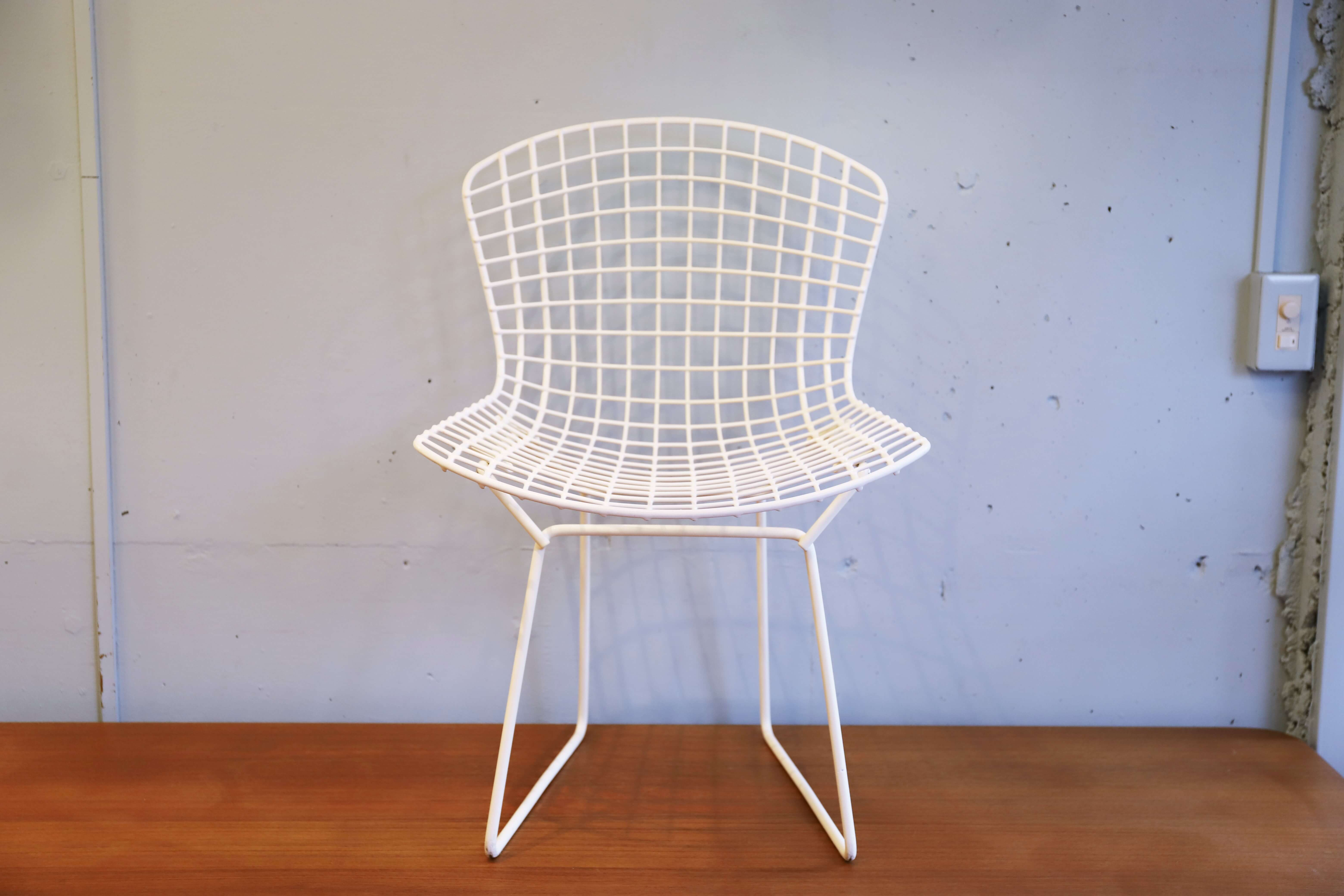 """ミッドセンチュリーを代表するデザイナー、彫刻家のハリー・ベルトイアが1952年に発表した、 ワイヤーのみで構成されたサイドチェア、通称""""ベルトイアチェア""""。 ただ座るだけでなく透けて見える背景をも取り込んだ、アート作品のようです。 ベルトイア自身「この椅子は主に空気によって作られている」と語ったと言われています。 長さの異なるスチールロッドを一本一本三次元に曲げ、曲線の動きに合わせてひとつひとつ 違う網目を構成してフレームを形作っています。 一見座りにくそうに思われますが、人間工学に基づいてデザインされているため、 見た目以上の座り心地を実現しています。 ハリー・ベルトイアはアメリカのクランブルック美術アカデミーで共に学んだ、 チャールズ&レイ・イームズとワイヤーシェル構造を共同開発していたのですが、 イームズが先にハーマンミラー社よりワイヤーメッシュチェアを発表してしまいました。 それに怒ったハリーは、同じくクランブルック美術アカデミーの同級生フローレンス・ノールに誘われ、 Knollに移り、このサイドチェアやダイヤモンドチェアなどのワイヤーシリーズを完成させたという 逸話があります。 美しい曲線と幾何学的な文様を刻んでいく様は、まさに彫刻家ハリーがなせる技。 ミッドセンチュリーを代表する、アート作品のようなプロダクトをぜひお楽しみください。 ~【東京都杉並区阿佐ヶ谷北アンティークショップ 古一/ZACK高円寺店】 古一/ふるいちでは出張無料買取も行っております。杉並区周辺はもちろん、世田谷区・目黒区・武蔵野市・新宿区等の東京近郊のお見積もりも!ビンテージ家具・インテリア雑貨・ランプ・USED品・ リサイクルなら古一/フルイチへ~"""