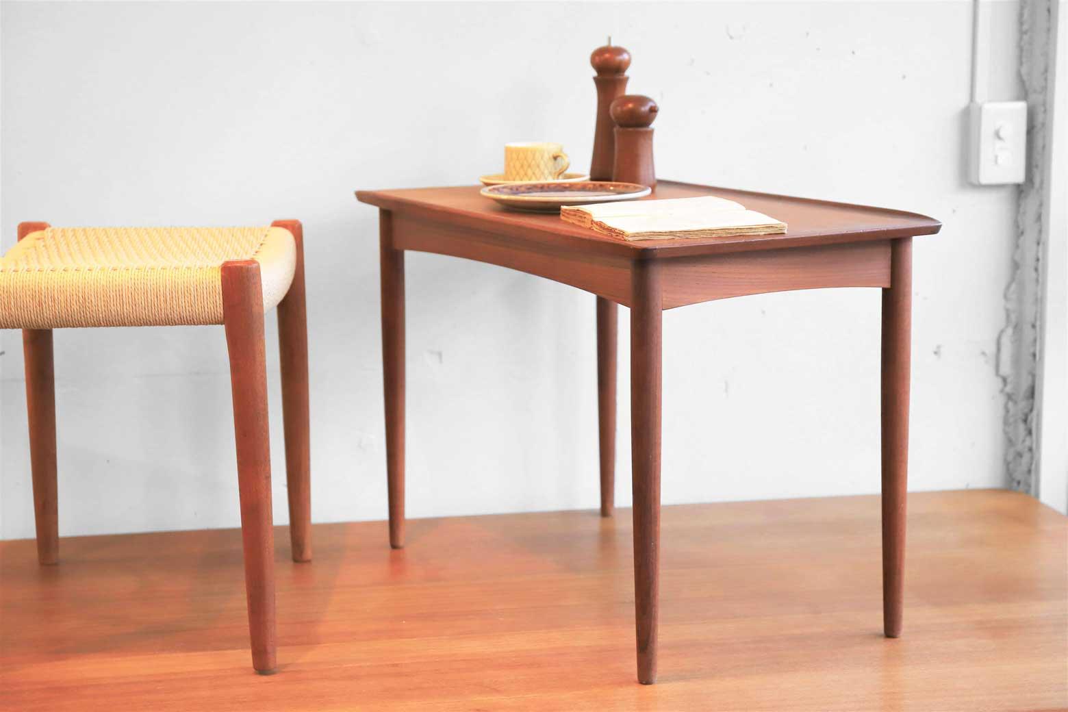 ダニッシュモダン家具の特色が随所に感じられるこちらのテーブルは、シャープで軽やかな脚をしており、天板縁のエッジがクラシカルでエレガントな雰囲気です。メーカーはデンマークのMobelintarsia社製、メーカータグには、デンマーク家具品質管理委員会が高品質デンマーク家具であると認めた証でもあるDanish Controlマークがついており、構造、デザインともに上品なテーブルです。丁度いいサイズ感なので、カフェのようにソファやパーソナルチェアなどの前でセンターテーブルとしての利用におすすめです♪また、脚はねじ式になっており、取り外しも可能です。Featuring Danish Modern Furniture Features everywhere The table here has sharp and light legs, the edge of the top board is classical and elegant atmosphere. The manufacturer is made by Mobelintarsia company of Denmark, the manufacturer tag has a Danish Control mark which is also a proof that the Danish furniture quality management committee is a high quality Danish furniture, it is an elegant table with both structure and design. Because it is exactly the size feeling, it is recommended for use as a center table in front of sofas and personal chairs like a cafe ♪ Moreover, the legs are screw type and can be removed.~【東京都杉並区阿佐ヶ谷北アンティークショップ 古一】 古一/ふるいちでは出張無料買取も行っております。杉並区周辺はもちろん、世田谷区・目黒区・武蔵野市・新宿区等の東京近郊のお見積もりも!ビンテージ家具・インテリア雑貨・ランプ・USED品・ リサイクルなら古一/フルイチへ~