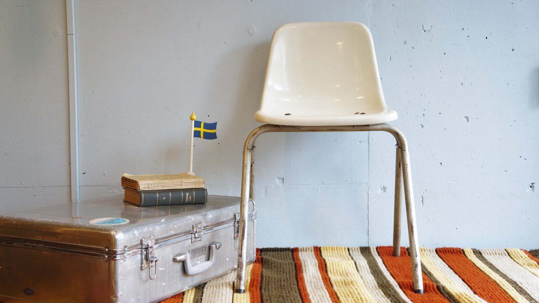 """1914年の創業以来、コトブキは『イスのコトブキ』として世界的な 文化施設やスポーツ施設、教育施設に家具を納めています。 公園や駅のベンチに並んでいる椅子、なんだかイームズのシェルチェアにちょっと 似ている… コトブキのスタッキングチェアもイームズのシェルチェアも同じFRP製なんです。 (FRPとは繊維強化プラスチックのことで、ガラス繊維、炭素繊維などの繊維で 強度を向上させた複合材料です。) 1950年代にイームズのシェルチェアが日本にやってきたとき、 日本デザイン界のパイオニアの剣持勇がこのシェルチェアをもとに 日本でFRP製のチェアを作るという試みを一緒に始めたのがコトブキでした。 後にFRPの実用化に成功すると、柳宗理や豊口克平といったデザイナーたちが FRP製のチェアを次々に発表しました。 スタッキングスツールの傑作と言われている柳宗理デザインのFRP製エレファントスツールも コトブキから発売されました。 そんな歴史のあるコトブキのFRP製チェア。 丈夫で軽く、耐熱性耐久性に優れているので、屋外での使用にぴったり。 駅のホームやバス停、スタジアムなどで多く使われているのにも頷けます。 イームズのシェルチェアに比べると少しミニマルなデザイン。 日本人の体型や生活習慣に合わせて設計されています。 """"日本のFRP製シェルチェア""""と言えばコトブキ。 また、いろいろな公共施設で誰もが一度は見たことのある椅子、コトブキ。 慣れ親しんだルックスのチェアはお家の中にもすんなり馴染んでくれると思います。 ~【東京都杉並区阿佐ヶ谷北アンティークショップ 古一/ZACK高円寺店】 古一/ふるいちでは出張無料買取も行っております。杉並区周辺はもちろん、世田谷区・目黒区・武蔵野市・新宿区等の東京近郊のお見積もりも!ビンテージ家具・インテリア雑貨・ランプ・USED品・ リサイクルなら古一/フルイチへ~"""