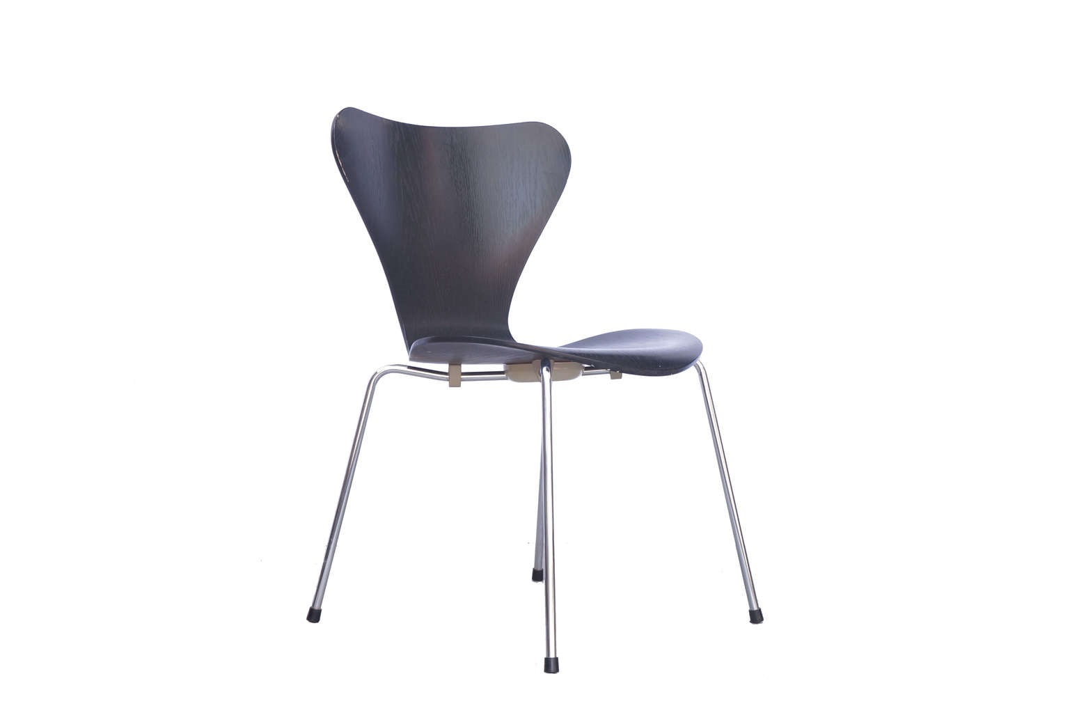 Fritz Hansen SEVEN CHAIR BLACK Design by Arne Jacobsen/ フリッツ・ハンセン セブンチェア ブラック アルネ・ヤコブセン デザイン 【商品説明】 デザインされてから60年以上経った、今現在もメディアなどで使用され 数あるフリッツハンセンのデザイン、機能性に優れた商品の中でも 随一の人気を誇る セブンチェア。 デンマークの建築家アルネ・ヤコブセンの代表作の一つであり シンプルモダンの代名詞とも言えるこちらのチェアの魅力は 外観の美しさもさることながら、 成型合板が生む、座った時の適度なしなりと、 左右に大きく広がった背もたれが、包み込むような安心感を与えてくれます。 また、木目の見えるカラードアッシュは、 他の家具と合わせていただいてもモダンになりすぎず、馴染んでくれますので 様々なインテリアコーディネートをお楽しみいただけます。 フリッツ・ハンセンの家具をお探しの方や、 セブンチェアをお探しの方は,この機会に是非いかがでしょうか♪~【東京都杉並区阿佐ヶ谷北アンティークショップ 古一】 古一/ふるいちでは出張無料買取も行っております。杉並区周辺はもちろん、世田谷区・目黒区・武蔵野市・新宿区等の東京近郊のお見積もりも!ビンテージ家具・インテリア雑貨・ランプ・USED品・ リサイクルなら古一/フルイチへ~