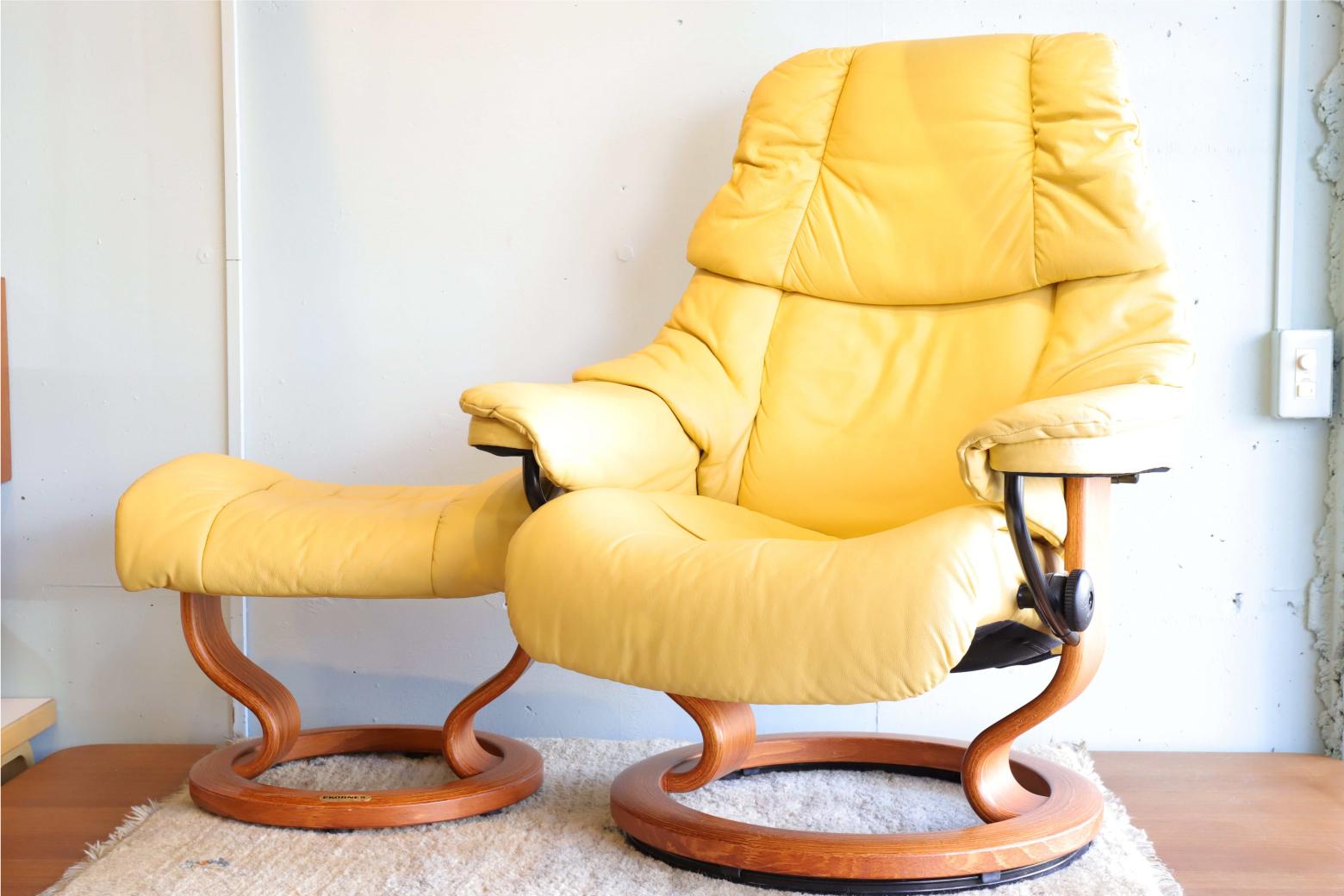 Ekornes Stressless Chair RENO /エコーネス ストレスレス チェア レノ 誕生から45年、世界50ヶ国以上、800万台以上を販売している ノルウェーのエコーネス社のストレスレスチェア。 背もたれに体重をかけると自然とリクライニングし、 身体を起こすと同時に背もたれが起き上がります。 座椅子は360度回転することができます。 また、座面両サイドにある回転ノブによって、リクライニングの角度を変更でき、お好みのポジションで固定できます。 やわかな材質なので身体をあずけると自然にフィットし、 まさに包み込まれるような座り心地を提供してくれます。 ヘッドレストの高さを変えることができるので、 どなたとでも共有してお使いいただけます。 いつもの癒しの時間を、こころが満ち足りる上質な時間に。 誰でもホッと息を抜く時間があると思います。音楽を聴いたり、 読書をしたり、またコーヒーやお茶を愉しみ穏やかに過ごす時間。 ささやかながらも大切にしたいそんな時間を、 このストレスレスチェアでより素敵な時間に彩りませんか? オットマンが付属しておりますので、脚を伸ばしてもおくつろぎいただけます。 ぜひ、包み込まれるような座り心地で、優雅な癒しの時間をお過ごしください。~【東京都杉並区阿佐ヶ谷北アンティークショップ 古一/ZACK高円寺店】 古一/ふるいちでは出張無料買取も行っております。杉並区周辺はもちろん、世田谷区・目黒区・武蔵野市・新宿区等の東京近郊のお見積もりも!ビンテージ家具・インテリア雑貨・ランプ・USED品・ リサイクルなら古一/フルイチへ~