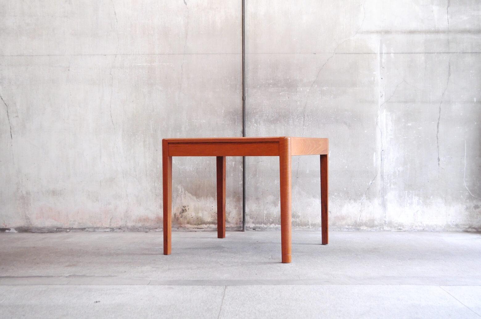 丸みのある角が温かみを感じさせてくれるビンテージのダイニングテーブル。木目の美しいチーク材を使用し、小ぶりなサイズ感が、日本の間取りに相性よく現行で販売されている2人掛けのダイニングテーブルが大きくお部屋の間取りに合わない方などにオススメです。また通常のダイニングテーブルよりも高さが低いめの設計がされており小さなお子様にも使いやすい高さかと思います。やわらかい印象から、北欧スタイル、ナチュラルインテリアに馴染の良いお品物です。是非この機会にいかがでしょうか。~【東京都杉並区阿佐ヶ谷北アンティークショップ 古一】 古一では出張無料買取も行っております。杉並区周辺はもちろん、世田谷区・目黒区・武蔵野市・新宿区等の東京近郊のお見積もりも!ビンテージ家具・インテリア雑貨・ランプ・USED品・ リサイクルなら古一へ~,ユーズド, リサイクル,ふるいち,古市,フルイチ,used,furuichi,デザイナーズ,デザイナーズ家具,