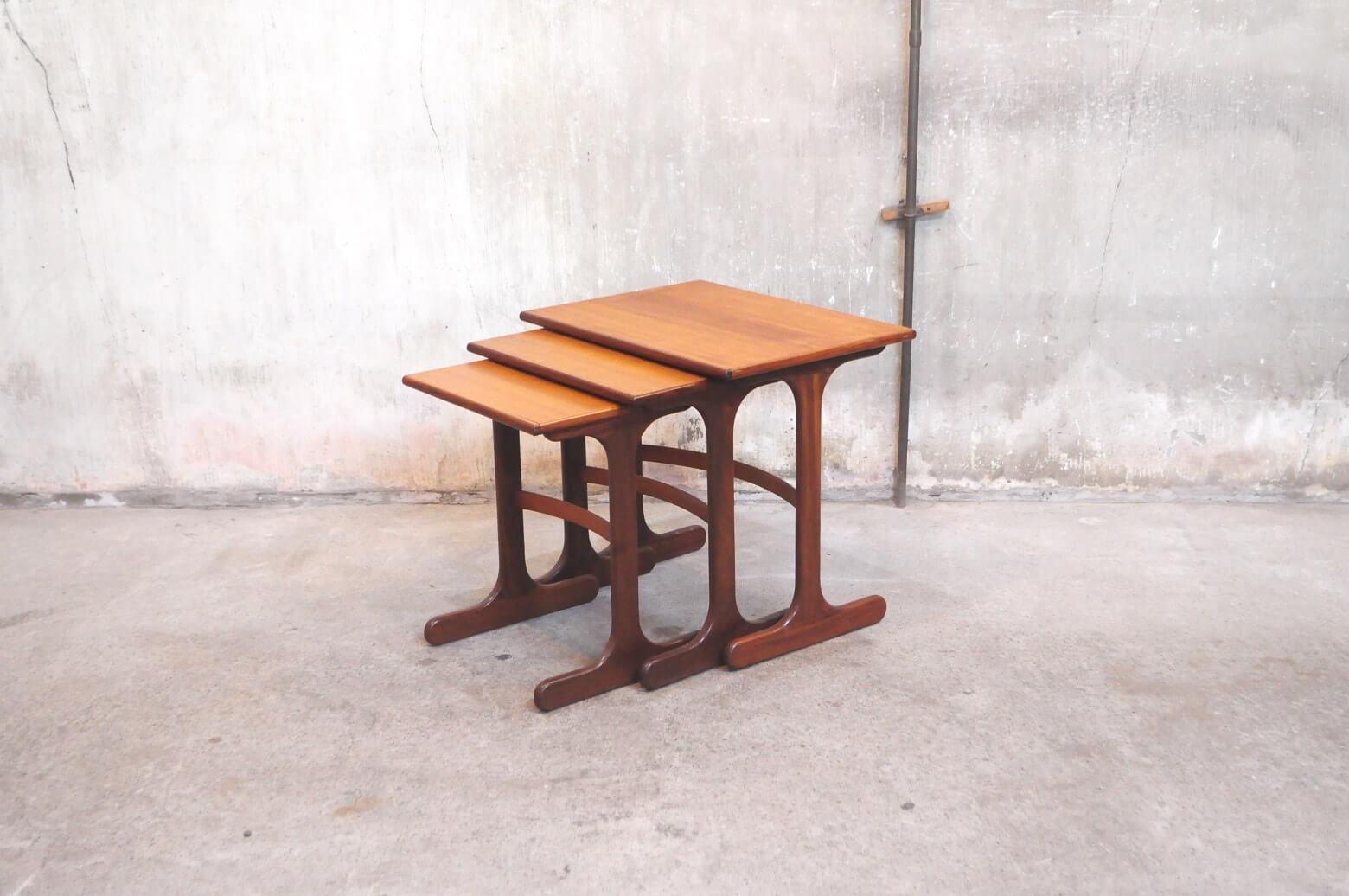 UK VINTAGE E GOMME G PLAN SERIES NEST TABLE / イギリス ビンテージ Gプラン ネスト テーブル 【商品説明】 イギリス E.GOMME社の北欧デザインシリーズ、 G-PLANの1960年製ネストテーブルが入荷致しました。 ネストとは「巣」の意。 文字通りひとつの巣の中におさまるデザインで 様々な使い方ができるデザインと利便性の両方を兼ね備えた イギリス、ミッドセンチュリーの家具です。 用途に合わせてご使用頂けるこちらのネストテーブルは、 普段はコンパクトに、来客時のサブテーブル 重ねてシェルフとしてなど、使い勝手の良い人気のアイテムです。 くつろぎの時間の演出に是非いかがでしょうか。中古,東京都,杉並区,阿佐ヶ谷,北,アンティーク,ショップ,古一,店,古,一,出張,無料,買取,杉並区,周辺,世田谷区,目黒区,武蔵野市,新宿区,東京近郊,お見積もり,ビンテージ家具,インテリア雑貨,ランプ,USED品, リサイクル,ふるいち,フルイチ,古一,used,furuichi~【東京都杉並区阿佐ヶ谷北アンティークショップ 古一】 古一/ふるいちでは出張無料買取も行っております。杉並区周辺はもちろん、世田谷区・目黒区・武蔵野市・新宿区等の東京近郊のお見積もりも!ビンテージ家具・インテリア雑貨・ランプ・USED品・ リサイクルなら古一/フルイチへ~