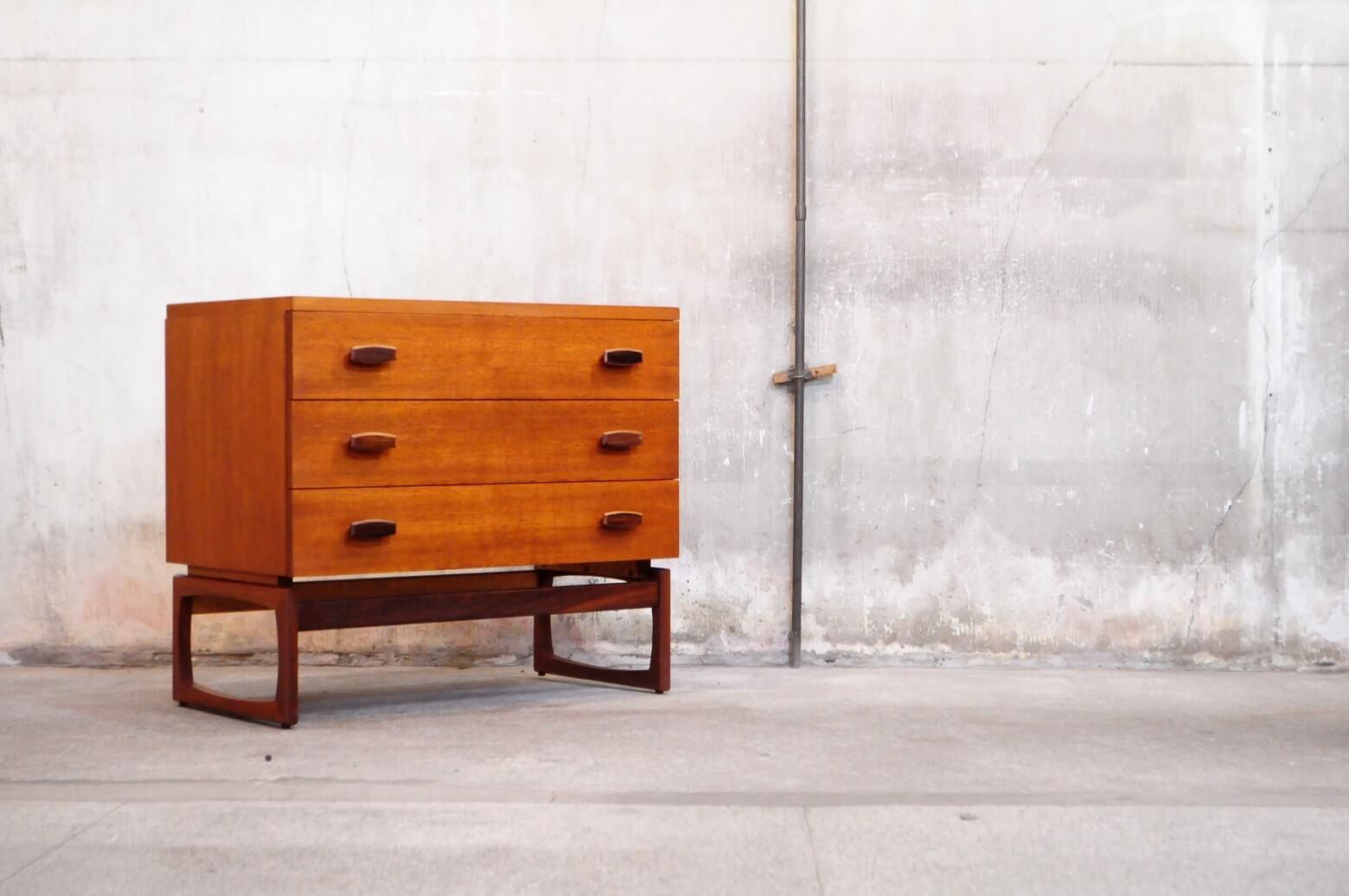 1950年代製ジープラン ビンテージチェストが入荷致しました。 その可愛らしいデザイン、使い勝手に良さで、 歴代の所有者の方たちが大切に保管していたんだろうなぁと 思ってしまうほど今から約70年前のものにしては、状態は良好で 一番上の引き出しには、刻印もしっかりと刻まれております。 北欧家具では、あまり見られないがっしりとした脚ですが 少しアーチを描いて削り出されたカービングで 重たくなりすぎないキャッチーな印象に。 正面から見ると構造上、本体部分が少し浮いているようにも見え 眺めていいるだけでも飽きのこないデザインです用途と致しましては、チェストとしてもはもちろんのこと 一般的なダイニングテーブル天板と同じくらいの高さなので テレビを置いてサイドボード的な立ち位置にも活躍してくれます。 シンプルデザイン、様々なシチュエーションで使えそうなサイズ感で 大変重宝するお品物かと思います。是非この機会にいかがでしょうか。 中古,東京都,杉並区,阿佐ヶ谷,北,アンティーク,ショップ,古一,店,古,一,出張,無料,買取,杉並区,周辺,世田谷区,目黒区,武蔵野市,新宿区,東京近郊,お見積もり,ビンテージ家具,インテリア雑貨,ランプ,USED品, リサイクル,ふるいち,フルイチ,古一,used,furuichi~【東京都杉並区阿佐ヶ谷北アンティークショップ 古一】 古一/ふるいちでは出張無料買取も行っております。杉並区周辺はもちろん、世田谷区・目黒区・武蔵野市・新宿区等の東京近郊のお見積もりも!ビンテージ家具・インテリア雑貨・ランプ・USED品・ リサイクルなら古一/フルイチへ~