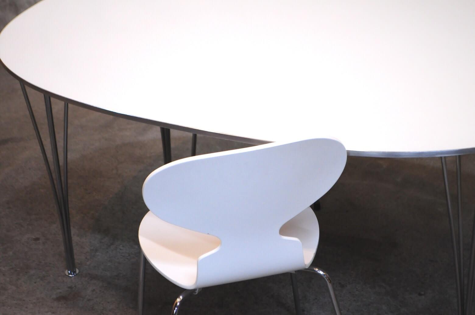 アルネ・ヤコブセンが 手がけた最初の成形合板のスタッキングチェアとして 現在でもフリッツ・ハンセンを代表するアイコンのひとつ  アント(アリンコ)チェア。 そもそもは、アルネ・ヤコブセンが建築した製薬会社の社員食堂の椅子としてデザインされましたが 身体の形状や動きに柔軟に適応する座り心地のよさで一般のご家庭でも使用され 60年以上も愛され続けるロングセラー商品となりました。 機能美だけでなくフォルムの美しさは、デンマークの家具の代名詞ともいわれる芸術作品です。 是非この機会にいかがでしょうか。 ~【東京都杉並区阿佐ヶ谷北アンティークショップ 古一】 古一/ふるいちでは出張無料買取も行っております。杉並区周辺はもちろん、世田谷区・目黒区・武蔵野市・新宿区等の東京近郊のお見積もりも!ビンテージ家具・インテリア雑貨・ランプ・USED品・ リサイクルなら古一/フルイチへ~