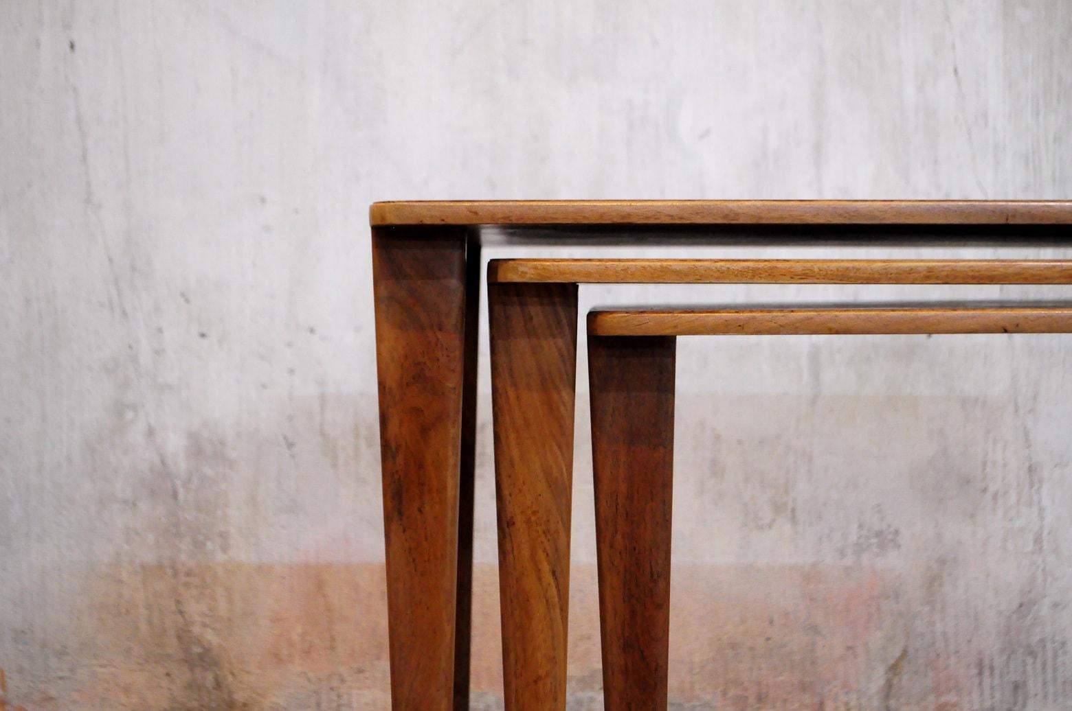 1940年代の英国にて、王室の工業デザイナーに選ばれるなど名声を残した家具デザイナーの一人、 「ゴードン・ラッセル」デザインのヴィンテージネストテーブルが入荷致しました。 しっかりとした構造とミッドセンチュリー期のモダンでシャープなデザインが際立った こちらのお品物は、オーク材が使用されておりチーク材とは違うエイジングで シャビーシックやフレンチシャビーインテリアなどに合わせて頂いても 存分に魅力を発揮してくれるかと思います。 イングランド、コッツウォルズの芸術と伝統工芸の中で育ち 培われたゴードンラッセルのデザインとクラフトマンの質の高い技術から生み出された シンプルながらも、製作者の家具に対する熱量がひしひし伝わってくるお品物です。 1950年代のものと思われ、現存する数も少ないかと思われますので お探しだった方は、是非この機会にいかがでしょうか。中古,東京都,杉並区,阿佐ヶ谷,北,アンティーク,ショップ,古一,店,古,一,出張,無料,買取,杉並区,周辺,世田谷区,目黒区,武蔵野市,新宿区,東京近郊,お見積もり,ビンテージ家具,インテリア雑貨,ランプ,USED品, リサイクル,ふるいち,フルイチ,古一,used,furuichi~【東京都杉並区阿佐ヶ谷北アンティークショップ 古一】 古一/ふるいちでは出張無料買取も行っております。杉並区周辺はもちろん、世田谷区・目黒区・武蔵野市・新宿区等の東京近郊のお見積もりも!ビンテージ家具・インテリア雑貨・ランプ・USED品・ リサイクルなら古一/フルイチへ~