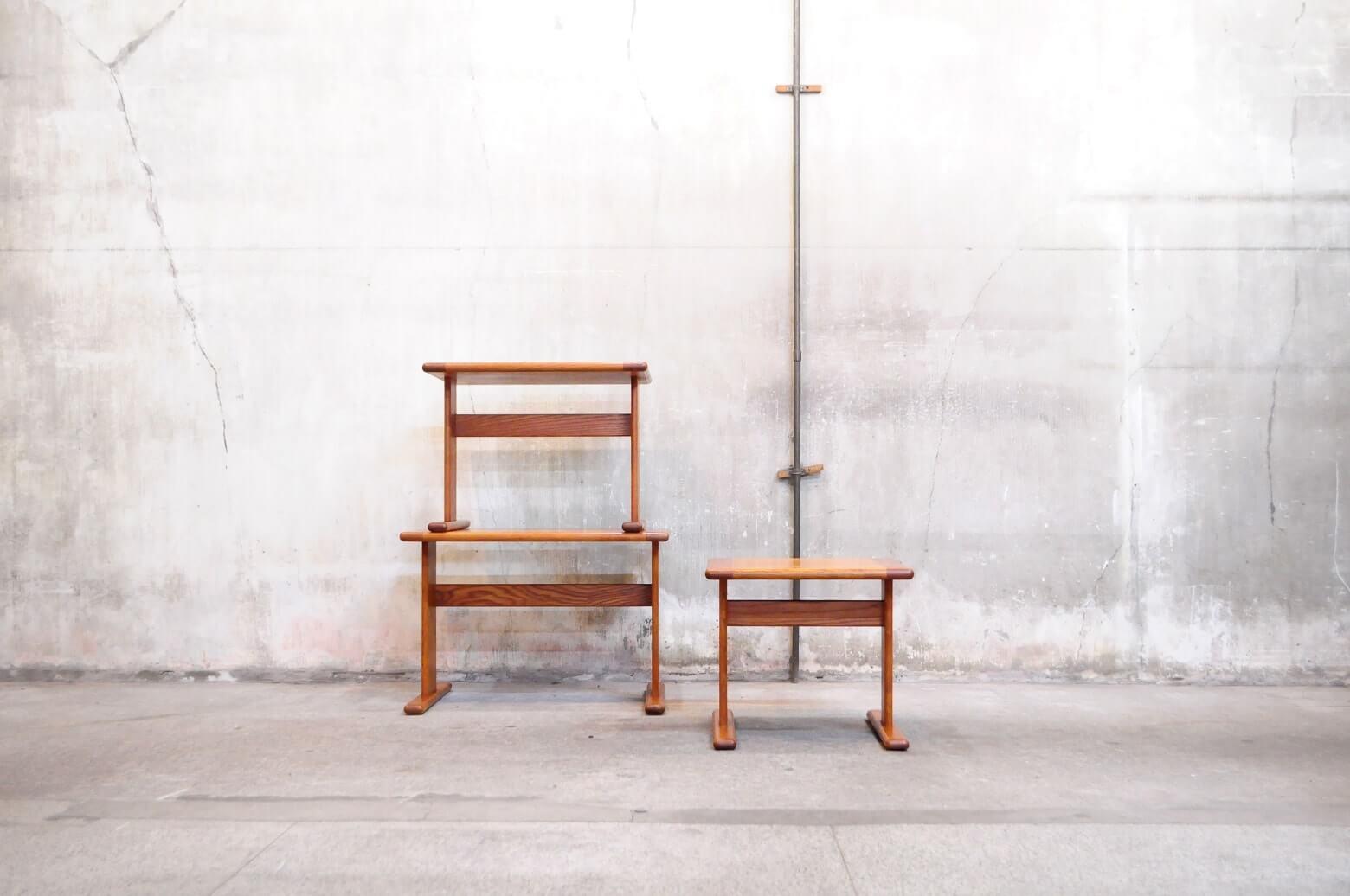 UK E GOMME G PLAN SERIES OAK WOOD 1970s VINTAGE NEST TABLE / イギリス ジープラン オーク材 ビンテージ ネストテーブル 【商品説明】 UKヴィテージの代名詞ともいえるE GOMME社 G PLANシリーズの 珍しい通常のネストテーブルより少し大きめのネストテーブルが入荷致しました。 太く設計された二本脚が印象的なネストテーブル。 安定感もよく、幅も広いので小さなお子様用のテーブルにもおすすめです。 また、文庫本などを置く際も、脚がブックエンド代わりとなり 縦に陳列ができる本棚としてもご使用頂けます。 ソファのサイドテーブルになど様々な使い方が楽しめる こちらのネストテーブル是非この機会にいかがでしょうか。 中古,東京都,杉並区,阿佐ヶ谷,北,アンティーク,ショップ,古一,店,古,一,出張,無料,買取,杉並区,周辺,世田谷区,目黒区,武蔵野市,新宿区,東京近郊,お見積もり,ビンテージ家具,インテリア雑貨,ランプ,USED品, リサイクル,ふるいち,フルイチ,古一,used,furuichi~【東京都杉並区阿佐ヶ谷北アンティークショップ 古一】 古一/ふるいちでは出張無料買取も行っております。杉並区周辺はもちろん、世田谷区・目黒区・武蔵野市・新宿区等の東京近郊のお見積もりも!ビンテージ家具・インテリア雑貨・ランプ・USED品・ リサイクルなら古一/フルイチへ~