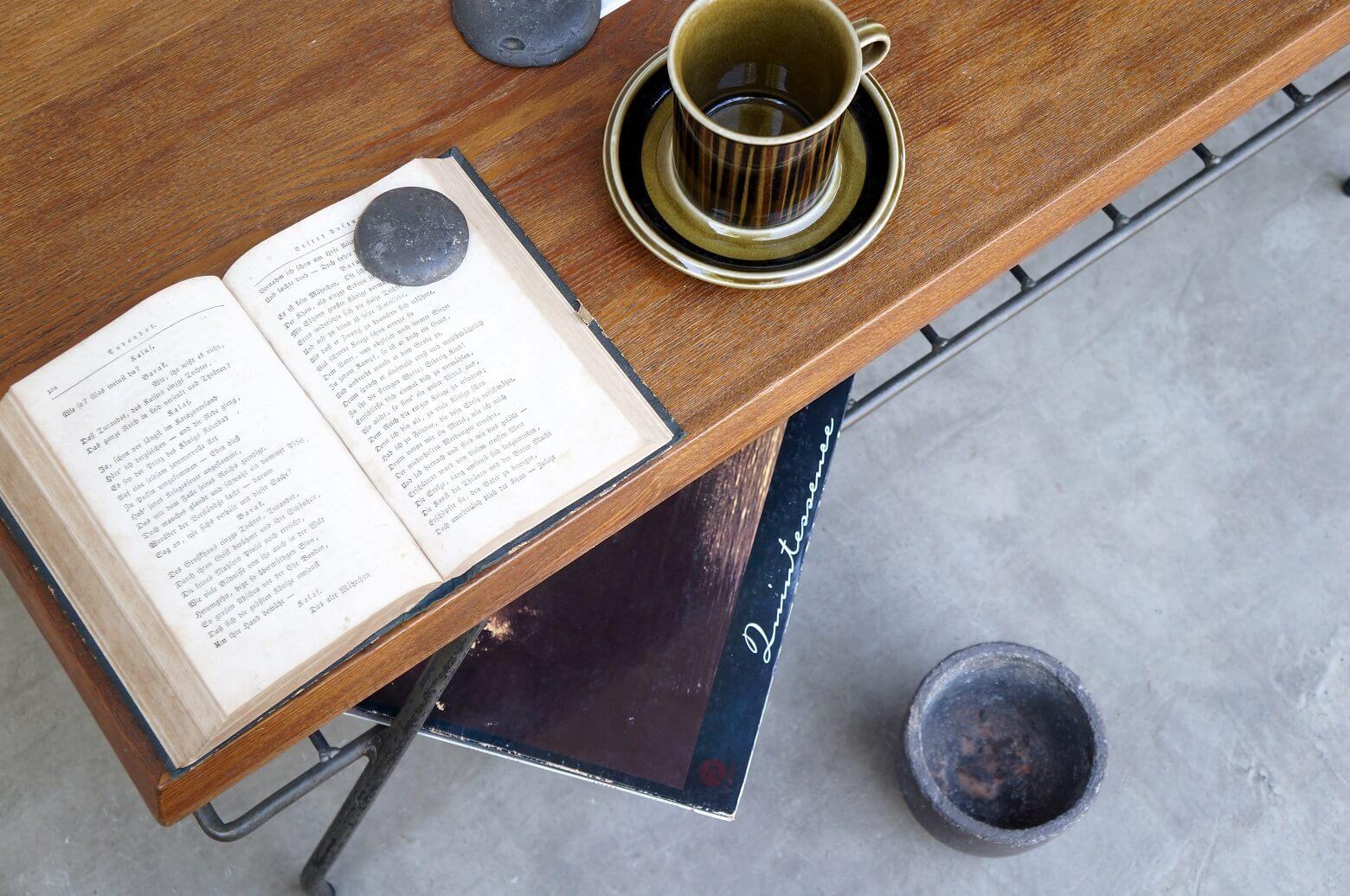 ACME Furniture BELLS FACTORY COFFEE TABLE SMALL 90cm / アクメ ファニチャー ベルズ ファクトリー コーヒーテーブル 【商品説明】 近年のインダストリアルインテリアブームの 火付け役として、アメリカンヴィンテージスタイルの インテリアアイテムを販売しているACME FURNITURE. ヴィンテージ家具の雰囲気や素材感を忠実に再現するだけではなく 現代の日本の暮らしにフィットするよう考慮し、設計されている為、 かっこいいけど大きくて置けないという アメリカ家具あるあるのデメリットを 見事に払拭しているのも人気の理由です。 この度入荷致しました、こちらのコーヒーテーブルも、 1人暮らしにもおすすめのサイズ感で、 合わせるソファもウッドやアイアンなど素材を選ばずお使い頂けるデザインです。 風合いのある天板とアイアンを組み合わせることで重厚感のある仕上がりとなっており 天板の下には雑誌やリモコンなどを置ける棚があり、実用性も兼ね備えたテーブルです。 ファイヤーキングのマグやアラビアのルスカシリーズなど 合わせるコーヒーカップを選ぶのが楽しくなるこちらのコーヒーテーブル 是非この機会にいかがでしょうか。