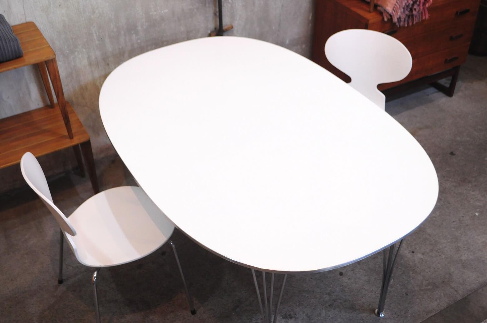 ピート・ハインは建築家でもデザイナーでもなく、哲学者にして詩人、 そして数学者といった 肩書きこそふさわしい人物です。 そんな彼がストックホルムの中心部にあるセルゲル広場のために、 制作したテーブルが新しい楕円形「スーパー楕円テーブル」です。 スウェーデンのデザイナー、ブルーノ・マテソンと協力し、 このスーパー楕円のフォルムを用いて「スーパー楕円テーブル」を考案。 1968年にフリッツ・ハンセンがこのテーブルの生産を開始しました。 こちらのテーブルは、長方形と楕円を重ねてその中間点を結んで描いた「完璧なラインの楕円」からデザイン。 直線と曲線の間を美しく表現しています。 この楕円でも長方形でもない新しい形は、サイズに関わらず調和するという魅力を持っており、 この計算された形は、テーブルに末席をつくりださない点から民主主義のテーブルとも言われています。 北欧モダンインテリアの代名詞ともいえるこちらのテーブル 是非この機会にいかがでしょうか。 ※脚底にゴムが付いておりませんので 床保護の為、フェルト等の使用をおすすめします。