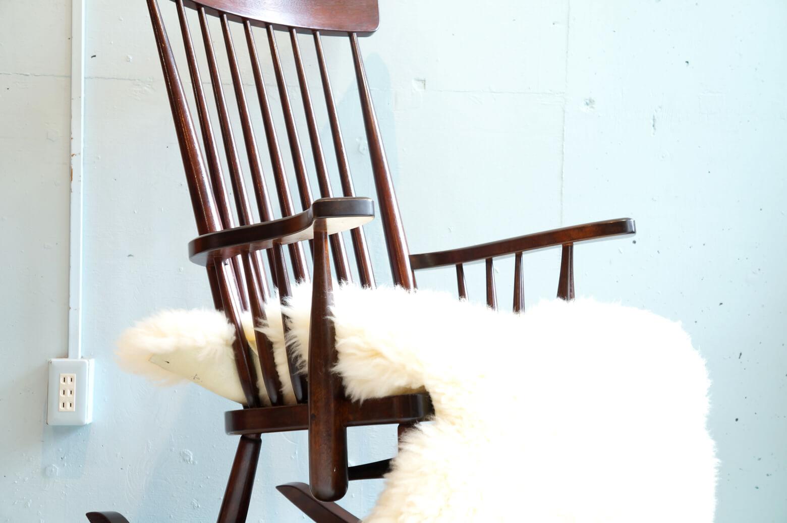 MATUMOTO MINGEI FURNITURE ROCKING CHAIR J TYPE / 松本民芸家具 J型 ロッキングチェア 【商品説明】 昭和19年に長野県で設立された老舗の家具メーカー 松本民芸家具。 伝統的な和家具の技術で作った日本人のための洋家具を作り続けており、 そのモダンなデザインと長く愛用できる耐久性の高さから、今でも非常に人気の高いブランドです。 その中でも、中古市場でも需要の高いのがこちらのロッキングチェア。 使えば使うほど味わいが増し、 職人が昔ながらの釘を使わずほぞ組みなど木のパーツを組んで椅子を製作。 丈夫な作りに仕上がりそして修理がきくことも人気の理由です。 座面に細かなキズがございますが 雰囲気のある古家具の風情のように 味わいとしてお楽しみいただければと思います。 機能性と見た目の美しさが共存した松本民芸家具の「用の美」を 堪能できるロッキングチェア、是非この機会にいかがでしょうか。 ,中古,東京都,杉並区,阿佐ヶ谷,北,アンティーク,ショップ,古一,ZACK,高円寺,店,古,一,出張,無料,買取,杉並区,周辺,世田谷区,目黒区,武蔵野市,新宿区,東京近郊,お見積もり,ビンテージ家具,インテリア雑貨,ランプ,USED品, リサイクル,ふるいち,フルイチ,古一,used,furuichi~【東京都杉並区阿佐ヶ谷北アンティークショップ 古一/ZACK高円寺店】 古一/ふるいちでは出張無料買取も行っております。杉並区周辺はもちろん、世田谷区・目黒区・武蔵野市・新宿区等の東京近郊のお見積もりも!ビンテージ家具・インテリア雑貨・ランプ・USED品・ リサイクルなら古一/フルイチへ~