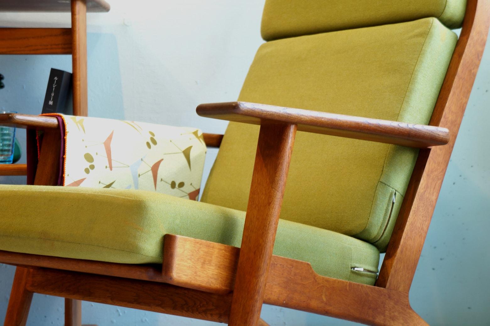 1899年、マットレスの専門メーカーとしてデンマークで設立された『GETAMA/ゲタマ』社。 1950年代初頭からは北欧デザイン界の巨匠、ハンス・J・ウェグナーとの共同開発を行い、数々の名作を生み出しました。 その中でもウェグナーの代表作であり、北欧家具の代名詞とも言えるのが1953年に発表された『GE290』シリーズです。 今回入荷したものはハイバックタイプのイージーチェア『GE290A』。 傾斜がかかった後脚がすっと伸びた、特徴的なデザイン。 元々はマットレス専門メーカーだったゲタマらしく、クッションにはコイルスプリングが内蔵されています。 クッションの程よい弾力とホールド感、フレームの絶妙な角度で以ってこの上ない最高の座り心地を実現しています。 たとえリビングの中にあったとしても、このチェアに座れば誰にも邪魔させることなく自分だけの至福の時間を過ごせそう… オリジナルアイテムのため、経年によるフレーム表面の擦れやファブリックのシミがございます。また、一部ファスナーの破損がございます。その他に使用に差し支えるほどの大きなダメージはございません。フレームはビンテージの風合いをお楽しみいただけるよう着色の少ない天然油を主成分としたメンテナンス用オイルで仕上げております。 長い間世界中で愛され続ける名作家具の美しいフォルムというのは、デザイン重視の観点で生まれたものではなく、機能性を考えた上で生まれたもの。時代が変わっていく中でもその美しさが変わらないのは理由があって作り出されたフォルムだからこそなんですね。 ~【東京都杉並区阿佐ヶ谷北アンティークショップ 古一】 古一/ふるいちでは出張無料買取も行っております。杉並区周辺はもちろん、世田谷区・目黒区・武蔵野市・新宿区等の東京近郊のお見積もりも!ビンテージ家具・インテリア雑貨・ランプ・USED品・ リサイクルなら古一/フルイチへ~