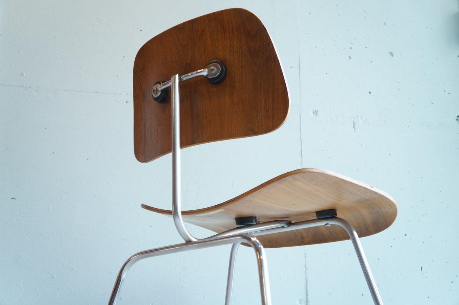 ハーマンミラー社製、イームズデザインのDCMチェア。1946年に発売されて以来、1度も生産中止になったことがないという、世界中で愛され続けているチェアです。1999年にアメリカのタイム誌は、「20世紀最高のデザイン」として、この椅子を選出しました。さらに、同誌はDCMチェアを「優雅で、軽やかで、快適」と評しています。類似品や模倣品は多数あれど、オリジナルを超えるものはありません。自然と背もたれに体重がかかり、体にフィットする3次元のカーブを実現した、プライウッドとスチールの異素材を組み合わせたデザイン。それは、70年前の椅子とは思えない新鮮な輝きを放ち続けています。~【東京都杉並区阿佐ヶ谷北アンティークショップ 古一】 古一/ふるいちでは出張無料買取も行っております。杉並区周辺はもちろん、世田谷区・目黒区・武蔵野市・新宿区等の東京近郊のお見積もりも!ビンテージ家具・インテリア雑貨・ランプ・USED品・ リサイクルなら古一/フルイチへ~