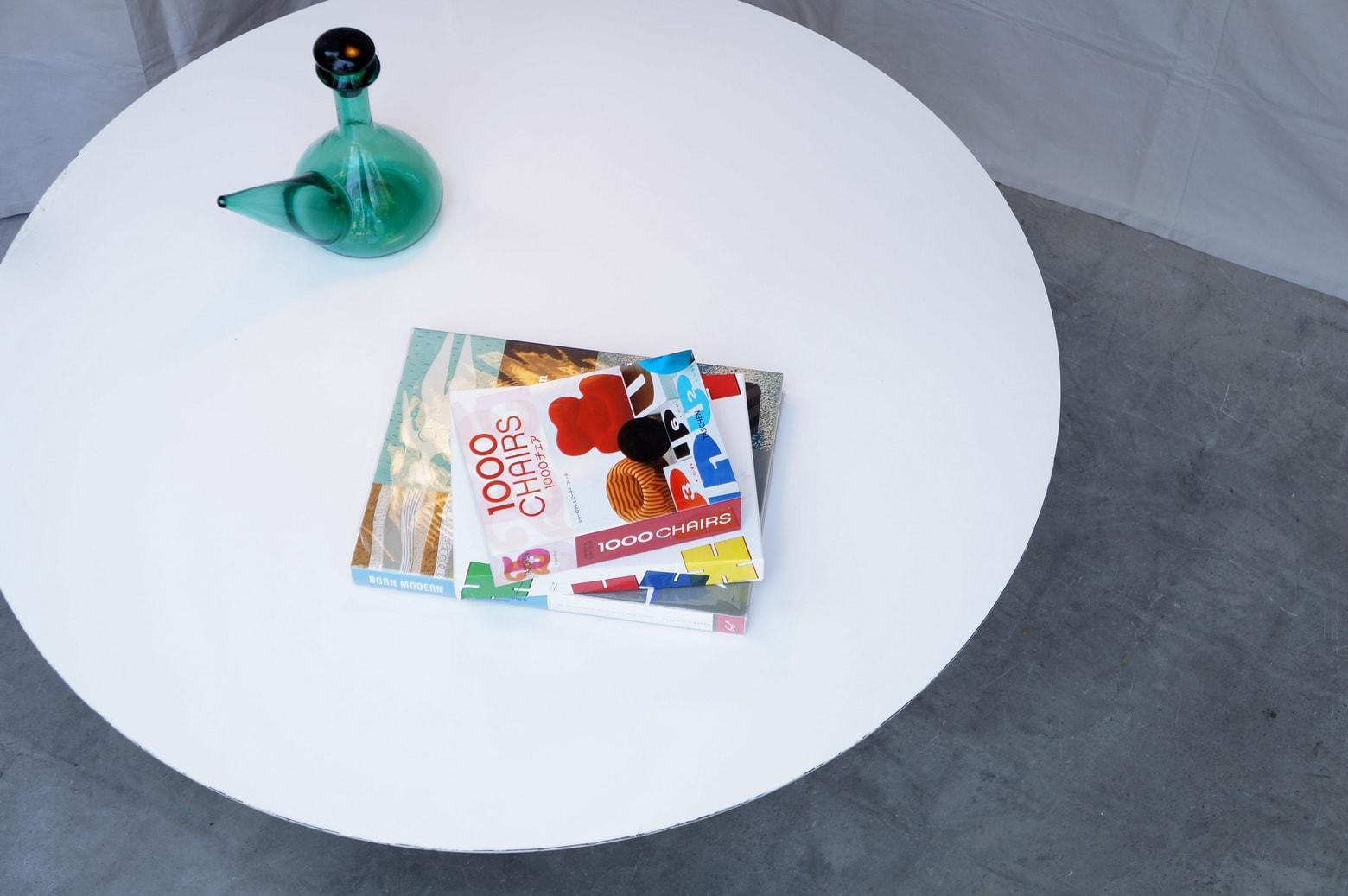 ミッドセンチュリー時代にデザインされた家具の中でも、ひときわ独特な存在感を放つチェアのひとつに『チューリップチェア』があります。 フィンランド、ヘルシンキ生まれの建築家・デザイナーのエーロ・サーリネンが1956年にアメリカのKnoll/ノール社より発表しました。 座る時に足元がごちゃごちゃと密集しないよう、一本脚で全体を支える、特徴的ですっきりとしたフォルムになっています。そしてそのチェアと共にデザインされたのがチューリップテーブル。こちらは背の低いローテーブルタイプです。 ソファやイージーチェアと合わせて使ったり、また、床に座って使っても脚に邪魔されることなくテーブルを囲むことができます。 天板、脚のフチに当てキズや塗装の剥がれ、補修跡がある箇所がございますが、雰囲気を壊してしまうほどダメージではなく、シンプルで洗練された印象を損なわず、インテリアコーディネートをお楽しみいただけるかと思います。 シェルチェアなどのミッドセンチュリーデザインの家具との相性は抜群ですが、シンプルなデザインですので意外にもいろいろなスタイルにしっくりと合わせやすく使い勝手の良いテーブルです。 ~【東京都杉並区阿佐ヶ谷北アンティークショップ 古一】 古一/ふるいちでは出張無料買取も行っております。杉並区周辺はもちろん、世田谷区・目黒区・武蔵野市・新宿区等の東京近郊のお見積もりも!ビンテージ家具・インテリア雑貨・ランプ・USED品・ リサイクルなら古一/フルイチへ~