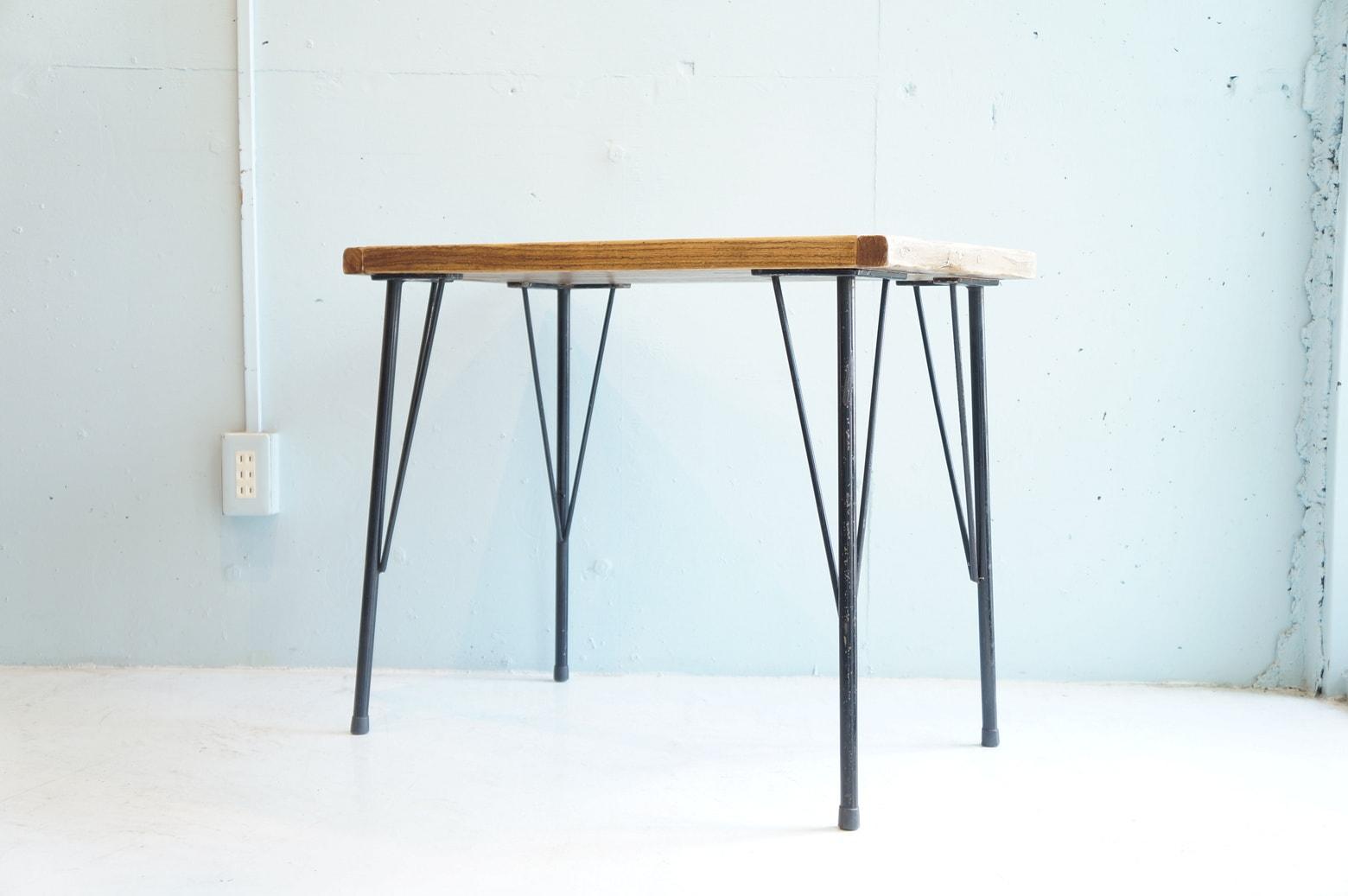 いい味が出た木の天板と鉄脚を組み合わせたサイドテーブル。 ソファサイドやベッドサイドで使うもよし、小さめのPCデスクとして使うもよし、テレビ台に使うもよし。 狭いスペースでも使える、使い勝手の良いコンパクトなサイズです。 シャビーでインダストリアルな雰囲気がお好きな方にオススメです。 古い木材や鉄脚を使用しているため、傷やサビなどがございますが、古材ならではの風合いをお楽しみいただけるテーブルです。 角が取れ、色が濃くなり、傷や汚れやサビも全然アリ、これからまた使っていくうちに味わいがどんどんと増していくのも楽しみのひとつではないでしょうか。 ~【東京都杉並区阿佐ヶ谷北アンティークショップ 古一】 古一/ふるいちでは出張無料買取も行っております。杉並区周辺はもちろん、世田谷区・目黒区・武蔵野市・新宿区等の東京近郊のお見積もりも!ビンテージ家具・インテリア雑貨・ランプ・USED品・ リサイクルなら古一/フルイチへ~