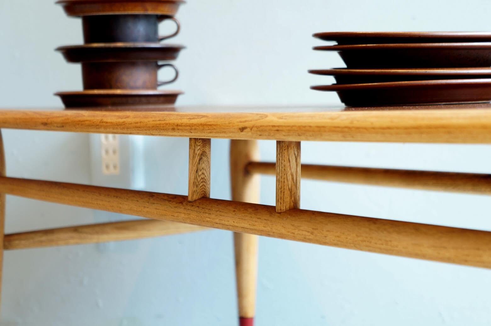 1912年創業の老舗家具メーカー『LANE/レーン』。 特に、50~60年代アメリカのミッドセンチュリー期に作られた家具は今でも高い人気を誇ります。 その中でも『ACCLAIM/アクレーン』はその時代のLANEを代表するシリーズ。 天板の両サイドには『ダブテイル』という鳩の尾っぽのような組み木模様が施されており、シンプルな形でも存在感があるテーブルです。 アメリカミッドセンチュリーがお好きな方であればひとつは欲しいシリーズではないでしょうか。 ソファの前にどん!と置いて古き良き時代のアメリカの雰囲気をぜひ味わってください。 経年や使用による細かな擦れやキズがございます。ビンテージの風合いを残すために着色の少ない植物性メンテナンスオイルを塗り、より自然なオーク材とウォールナット材の木肌をお楽しみいただけるよう仕上げております。 ここでLANEの家具の豆知識を♪ LANEのロゴマークと共に刻印されているシリアルナンバーから製造年月日を知ることができます。 ナンバーを後ろから二桁ずつ、月→日→年の順に読んでいくと… 10.12.63、すなわち【63年10月12日】製ということになります。 なんだか謎解きをしているようですね。 ~【東京都杉並区阿佐ヶ谷北アンティークショップ 古一】 古一/ふるいちでは出張無料買取も行っております。杉並区周辺はもちろん、世田谷区・目黒区・武蔵野市・新宿区等の東京近郊のお見積もりも!ビンテージ家具・インテリア雑貨・ランプ・USED品・ リサイクルなら古一/フルイチへ~