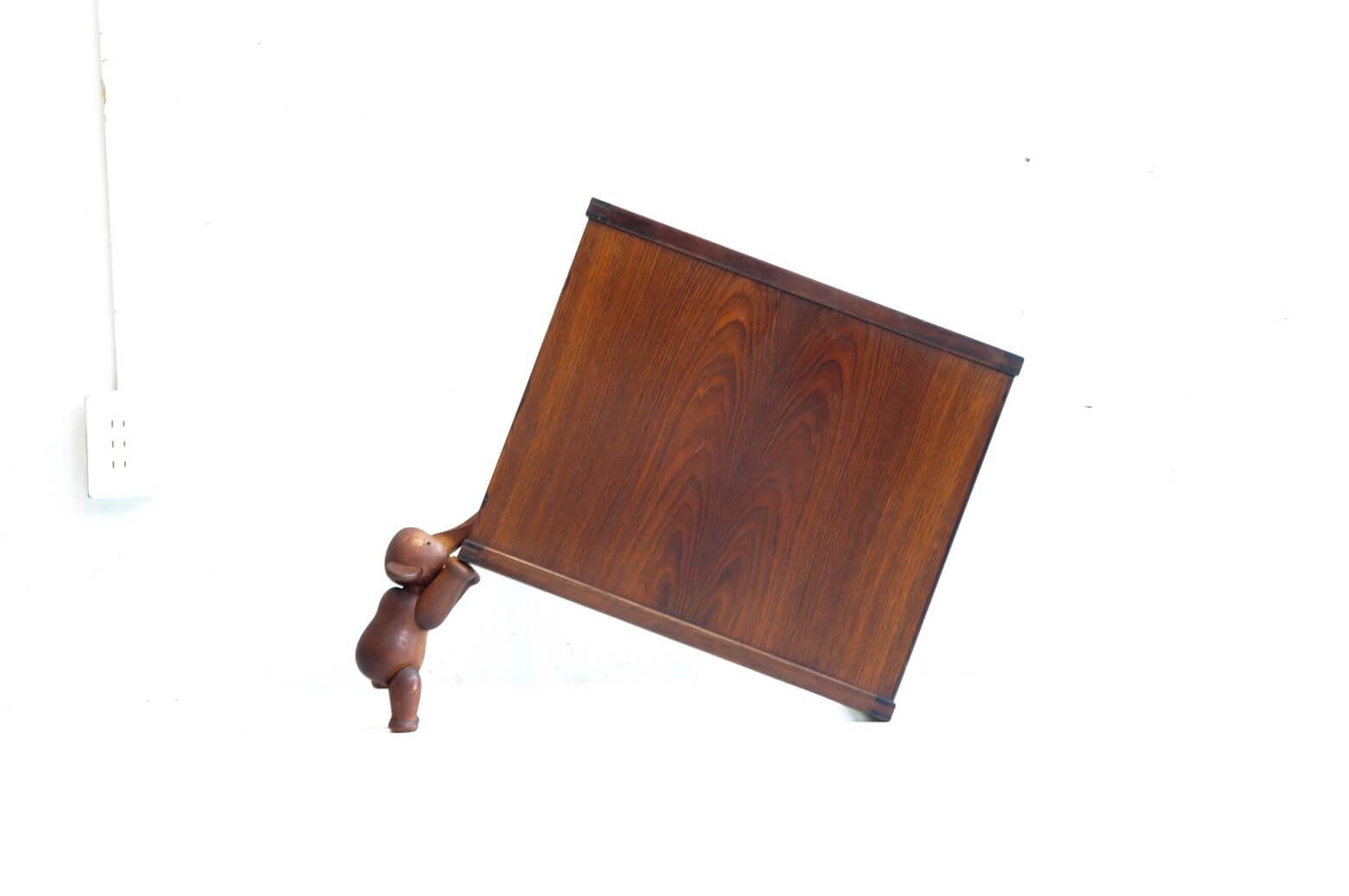 Vildbjerg Møbelfabrik Design by Kai Kristiansen Rose Wood Nesting Table One Piece / カイ クリスチャンセン デザイン ローズウッド ネストテーブル 【商品説明】 カイ クリスチャンセンが設計し Vildbjerg Møbelfabrik社より1950年代に発売された ネストテーブルが入荷致しました。 残念ながら、セットではなく 一番小さなサイズのみの入荷となってしまいましたが 現在では、伐採が制限されており素材として希少価値の高いローズウッドの美しい木目に デンマークミッドセンチュリー家具の代表的存在のカイ クリスチャンセンの特徴ともいえる 実用的でスタンダードな美しさを持つデザインで こちらのお品物一つだけでも十分にインテリアのアクセントとなり 空間をより豊かに演出してくれます。 究極まで機能性を追求して生み出されたシンプルデザインですので サイドテーブル、シェルフ等様々なシチュエーションで ご使用頂けるかと思います。 是非この機会にいかがでしょうか。 中古,東京都,杉並区,阿佐ヶ谷,北,アンティーク,ショップ,古一,店,古,一,出張,無料,買取,杉並区,周辺,世田谷区,目黒区,武蔵野市,新宿区,東京近郊,お見積もり,ビンテージ家具,インテリア雑貨,ランプ,USED品, リサイクル,ふるいち,フルイチ,古一,used,furuichi~【東京都杉並区阿佐ヶ谷北アンティークショップ 古一】 古一/ふるいちでは出張無料買取も行っております。杉並区周辺はもちろん、世田谷区・目黒区・武蔵野市・新宿区等の東京近郊のお見積もりも!ビンテージ家具・インテリア雑貨・ランプ・USED品・ リサイクルなら古一/フルイチへ~