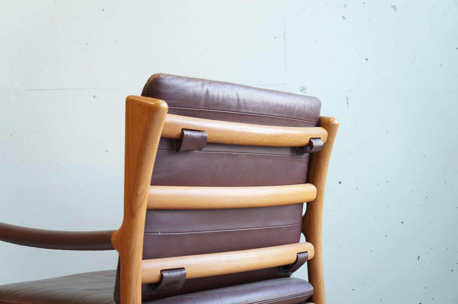 1970年代には、伊勢丹や三越など、多く百貨店の高級家具売り場には、北欧家具などの製品と並び販売さえており、当時チーク材を使用した製品の最高峰として青林製作所や山品木工と共に高い評価を得ていた日田工芸。現在では、保存状態の良いものも少なくなっており昨今、北欧家具の人気と共にジャパンヴィンテージのチーク家具の需要も増えている為、希少価値が大変高くなっております。是非この機会にいかがでしょうか。経年や使用による細かな擦れなど御座いますが、木部/レザー共に上質な素材がつかわれており、大きなダメージはなくまだまだ末永くご使用頂けるかと思います。 撫でていたくなるようなアームの部分のエッヂ、背面の緩やかなカーブなど、家具という概念を超え、機能性と美術的な美しさを融合させたまさしく工芸という言葉を感じさせてくれるアームチェアです。【東京都杉並区阿佐ヶ谷北アンティークショップ 古一/ZACK高円寺店】 古一/ふるいちでは出張無料買取も行っております。杉並区周辺はもちろん、世田谷区・目黒区・武蔵野市・新宿区等の東京近郊のお見積もりも!ビンテージ家具・インテリア雑貨・ランプ・USED品・ リサイクルなら古一/フルイチへ~1970年代には、伊勢丹や三越など、多く百貨店の高級家具売り場には、北欧家具などの製品と並び販売さえており、当時チーク材を使用した製品の最高峰として青林製作所や山品木工と共に高い評価を得ていた日田工芸。現在では、保存状態の良いものも少なくなっており昨今、北欧家具の人気と共にジャパンヴィンテージのチーク家具の需要も増えている為、希少価値が大変高くなっております。是非この機会にいかがでしょうか。経年や使用による細かな擦れなど御座いますが、木部/レザー共に上質な素材がつかわれており、大きなダメージはなくまだまだ末永くご使用頂けるかと思います。 撫でていたくなるようなアームの部分のエッヂ、背面の緩やかなカーブなど、家具という概念を超え、機能性と美術的な美しさを融合させたまさしく工芸という言葉を感じさせてくれるアームチェアです。【東京都杉並区阿佐ヶ谷北アンティークショップ 古一/ZACK高円寺店】 古一/ふるいちでは出張無料買取も行っております。杉並区周辺はもちろん、世田谷区・目黒区・武蔵野市・新宿区等の東京近郊のお見積もりも!ビンテージ家具・インテリア雑貨・ランプ・USED品・ リサイクルなら古一/フルイチへ~