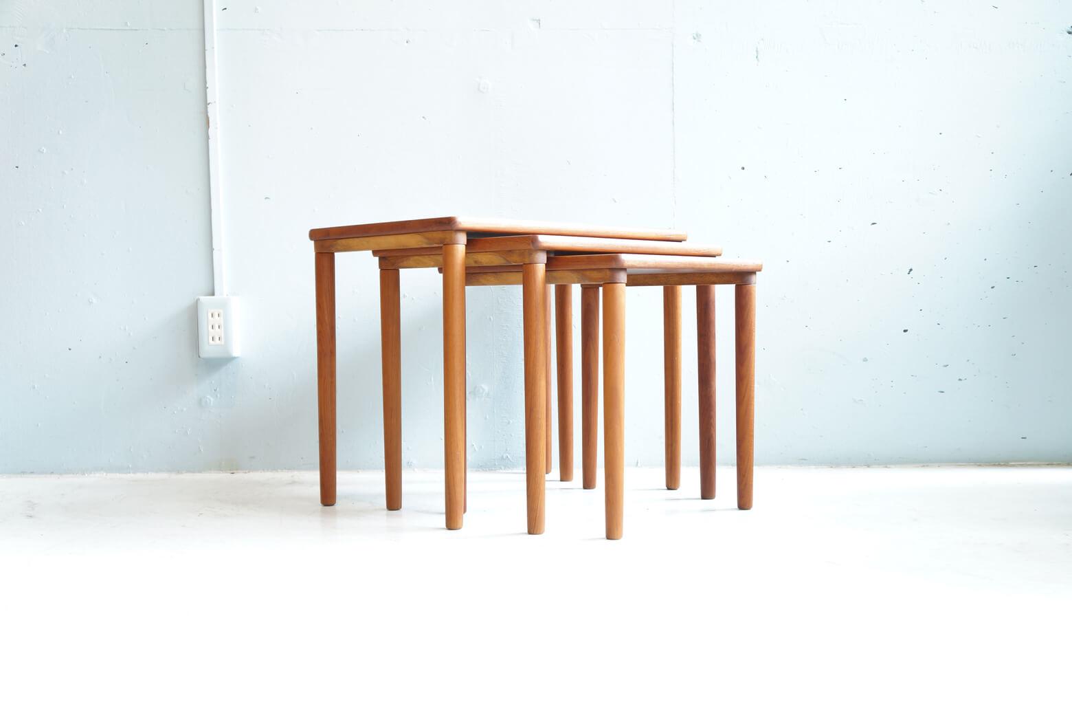 DANISH VINTAGE MOBELFABRIKKEN TOFTEN NEST TABLE Design by E. W. Bach / デンマーク ビンテージ ネストテーブル まさに北欧家具ともいうべき 究極なまでにシンプルで機能的かつ 素材の持つ本来の美しさを最大限に活かした E. W. Bachデザインのビンテージネストテーブルが入荷致しました。 なだらかに流れるチーク材の木目と 滑らかにシェイプされ、丸みの帯びた脚から 木材のもつ温かみが感じられ お部屋にやわらかな印象を与えてくれます。 装飾を排し、飽きの来ないデザインと 質の高い家具職人の技術が 長い時を経て、現存しているのも納得のお品物です。 ご使用方法といたしましては サイドテーブルや重ねてシェルフとしてもご使用いただけ 場面ごとにたくさんのご使用方法があるのもネストテーブルの魅力です。 一番小さなサイズのテーブル、天板裏に素材の内部が見えている箇所が ございますが、使用には問題ありません。 スタイリッシュな北欧モダンインテリアに相性の良い こちらのネストテーブル、是非この機会にいかがでしょうか。 デンマーク北欧,ヴィンテージ,北欧デザイン,北欧 ライト,フロア,ランプランプ,denmark,scandinavian,照明,scandinavian vintage,vintage,北欧,北欧雑貨,中古,東京都,杉並区,阿佐ヶ谷,北,アンティーク,ショップ,古一,ZACK,高円寺,店,古,一,出張,無料,買取,杉並区,周辺,世田谷区,目黒区,武蔵野市,新宿区,東京近郊,お見積もり,ビンテージ家具,インテリア雑貨,ランプ,USED品, リサイクル,ふるいち,フルイチ,古一,used,furuichi~【東京都杉並区阿佐ヶ谷北アンティークショップ 古一/ZACK高円寺店】 古一/ふるいちでは出張無料買取も行っております。杉並区周辺はもちろん、世田谷区・目黒区・武蔵野市・新宿区等の東京近郊のお見積もりも!ビンテージ家具・インテリア雑貨・ランプ・USED品・ リサイクルなら古一/フルイチへ~