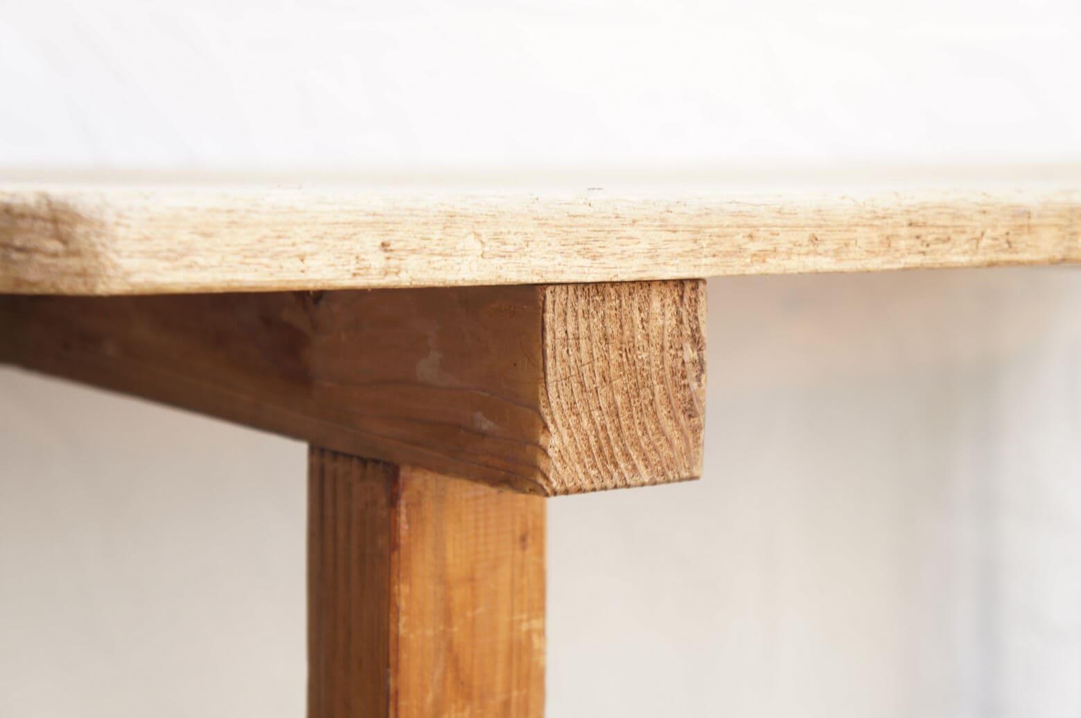 JAPAN VINTAGE WORK ATLIER TABLE OLD MATERIALS / ジャパン ビンテージ 作業台 アトリエ テーブル 古材 【商品説明】 長い年月を経て、郷愁さえ感じてしまうような どこか懐かしいアトリエテーブルが入荷致しました。 シャビーな表情をもつ天板はもともと床板だったものを融通しており どのような経緯でこのテーブルが作られたのか推理するのも 古い家具の面白さでもあります。 本来は立って使用する物ですので 通常のダイニングテーブルよりも高さがございますが 座面高さが55cm~60cm程の椅子やスツールで 座ってご使用頂けるかと思います。 フランスアンティークのアトリエテーブルにも通ずるデザインが シャビーシックやインダストリアルなどのインテリアスタイルにも 相性の良くマッチしてくれます。 釘打ちで組み立てられており、 経年によるぐらつきがございますので、 店舗什器やディスプレイ棚におすすめのお品物です。中古,東京都,杉並区,阿佐ヶ谷,北,アンティーク,ショップ,古一,ZACK,高円寺,店,古,一,出張,無料,買取,杉並区,周辺,世田谷区,目黒区,武蔵野市,新宿区,東京近郊,お見積もり,ビンテージ家具,インテリア雑貨,ランプ,USED品, リサイクル,ふるいち,フルイチ,古一,used,furuichi~【東京都杉並区阿佐ヶ谷北アンティークショップ 古一/ZACK高円寺店】 古一/ふるいちでは出張無料買取も行っております。杉並区周辺はもちろん、世田谷区・目黒区・武蔵野市・新宿区等の東京近郊のお見積もりも!ビンテージ家具・インテリア雑貨・ランプ・USED品・ リサイクルなら古一/フルイチへ~