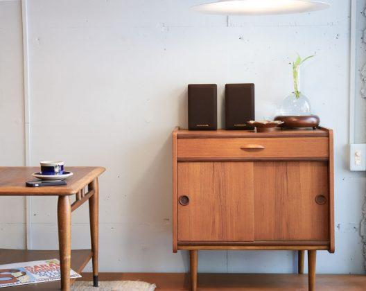 """チーク材を使った、デンマークヴィンテージのサイドチェスト。 引き出しと引き戸の二種類の収納スペースがある、コンパクトサイズの北欧家具にはちょっと珍しいデザイン。 丸みのある角や取っ手、脚がコンパクトなサイズ感も相まって、より一層かわいらしい雰囲気を演出しています。 正面向かって左側上部の角に一カ所キズのリペア痕がございます。 経年や使用による細かなキズや擦れがあるものの、使用に差し支えるような大きなダメージはございません。 """"かわいい""""に特化したような、北欧家具の中でもなかなか出会うことのないデザインのサイドチェスト。 色の濃いチーク材をポイント使いしてくるところも憎い!かわいさUPです。 圧倒的に女性からの支持を集めそう… ~【東京都杉並区阿佐ヶ谷北アンティークショップ 古一】 古一/ふるいちでは出張無料買取も行っております。杉並区周辺はもちろん、世田谷区・目黒区・武蔵野市・新宿区等の東京近郊のお見積もりも!ビンテージ家具・インテリア雑貨・ランプ・USED品・ リサイクルなら古一/フルイチへ~"""