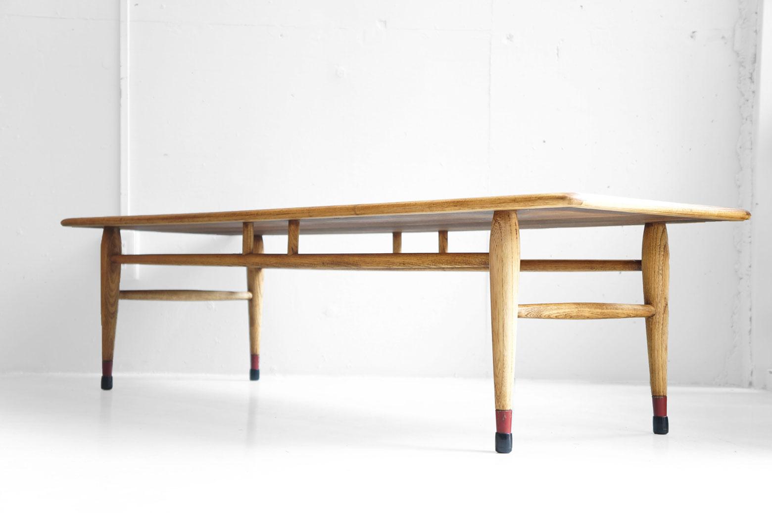 1912年創業の老舗家具メーカー『LANE/レーン』。 特に、50~60年代アメリカのミッドセンチュリー期に作られた家具は今でも高い人気を誇ります。 その中でも『ACCLAIM/アクレーム』はその時代のLANEを代表するシリーズ。 天板の両サイドには『ダブテイル』という鳩の尾っぽのような組み木模様が施されており、シンプルな形でも存在感があるテーブルです。 アメリカミッドセンチュリーがお好きな方であればひとつは欲しいシリーズではないでしょうか。 ソファの前にどん!と置いて古き良き時代のアメリカの雰囲気をぜひ味わってください。 経年や使用による細かな擦れやキズがございます。ビンテージの風合いを残すために着色の少ない植物性メンテナンスオイルを塗り、より自然なオーク材とウォールナット材の木肌をお楽しみいただけるよう仕上げております。 ここでLANEの家具の豆知識を♪ LANEのロゴマークと共に刻印されているシリアルナンバーから製造年月日を知ることができます。 ナンバーを後ろから二桁ずつ、月→日→年の順に読んでいくと… 10.12.63、すなわち【63年10月12日】製ということになります。 なんだか謎解きをしているようですね。 ~【東京都杉並区阿佐ヶ谷北アンティークショップ 古一】 古一/ふるいちでは出張無料買取も行っております。杉並区周辺はもちろん、世田谷区・目黒区・武蔵野市・新宿区等の東京近郊のお見積もりも!ビンテージ家具・インテリア雑貨・ランプ・USED品・ リサイクルなら古一/フルイチへ~