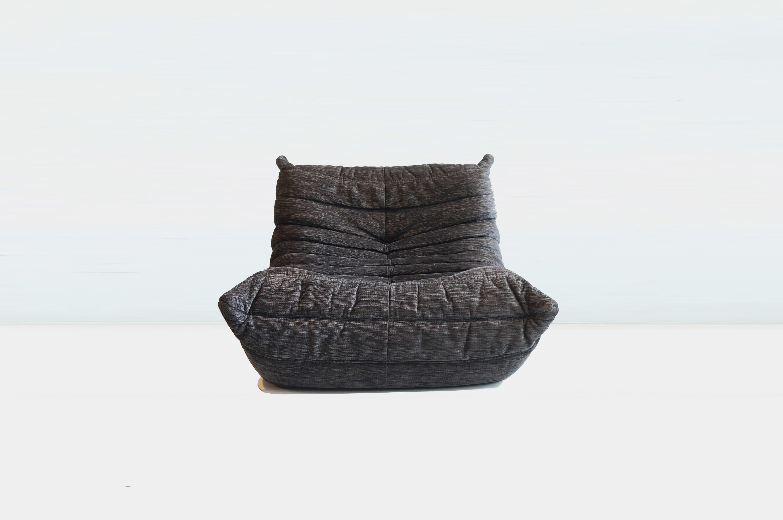 1860年にフランスで誕生した、リーン・ロゼ社。 世界を代表するデザイナーたちとコラボレーションし、数々の名品を発表しています。 その中でも発売から40年以上経つ今でも、高い人気を誇り、リーン・ロゼのアイコン的なアイテムとなっているのがTOGO/トーゴです。 蜂のお腹をデザインのモチーフにした斬新なフォルムとウレタンのみでできた骨組みのない構造がとても画期的で、発売当時とても話題になりました。 深く腰掛けると体にフィットし、全体を優しく包み込んでくれるような座り心地です。 多少の使用感、色抜けがございますが、まだまだ快適な座り心地をお楽しみいただけます。 ウレタン製で軽いので、女性一人でも移動が簡単でお掃除の時も楽。 そして床を傷つける心配もありません。 また、ウレタンはへたりにくく、壊れにくいので永くお使いいただけると思います。 ぜひこの最高の座り心地をご自宅でも味わっていただきたいです。 ~【東京都杉並区阿佐ヶ谷北アンティークショップ 古一】 古一/ふるいちでは出張無料買取も行っております。杉並区周辺はもちろん、世田谷区・目黒区・武蔵野市・新宿区等の東京近郊のお見積もりも!ビンテージ家具・インテリア雑貨・ランプ・USED品・ リサイクルなら古一/フルイチへ~